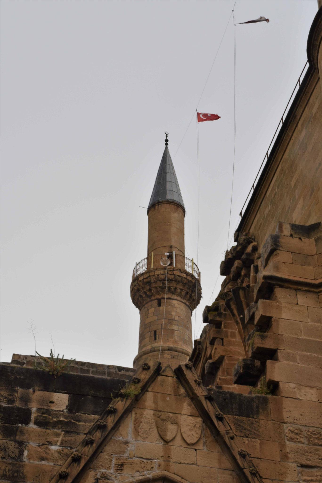 Die türkische Flagge zwischen den beiden Minaretten