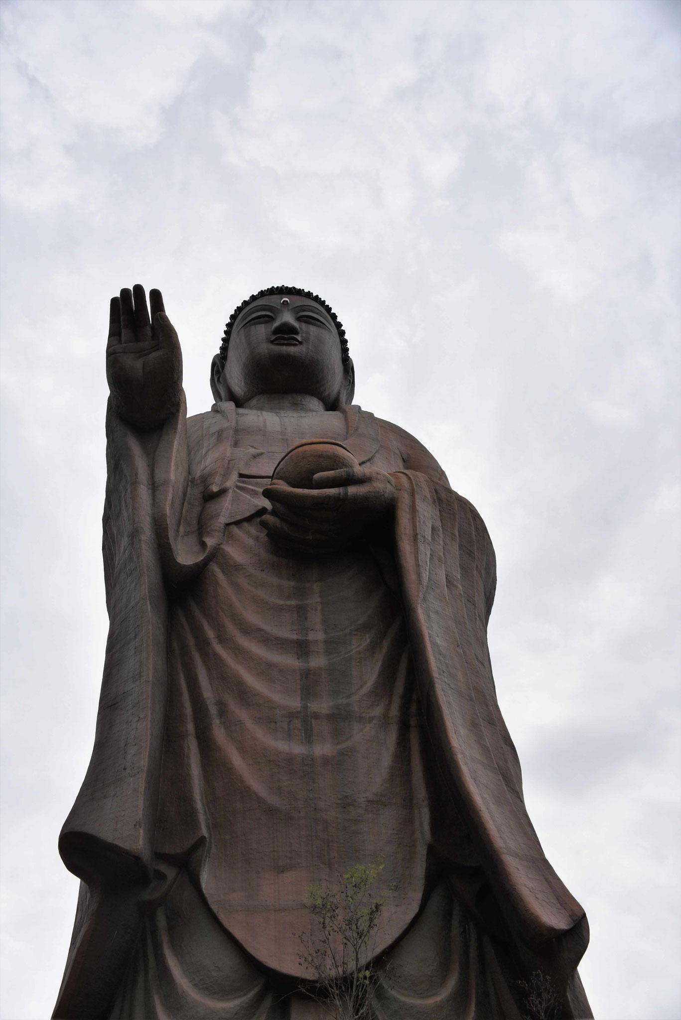Blick nach oben zu einer riesigen Buddastatue