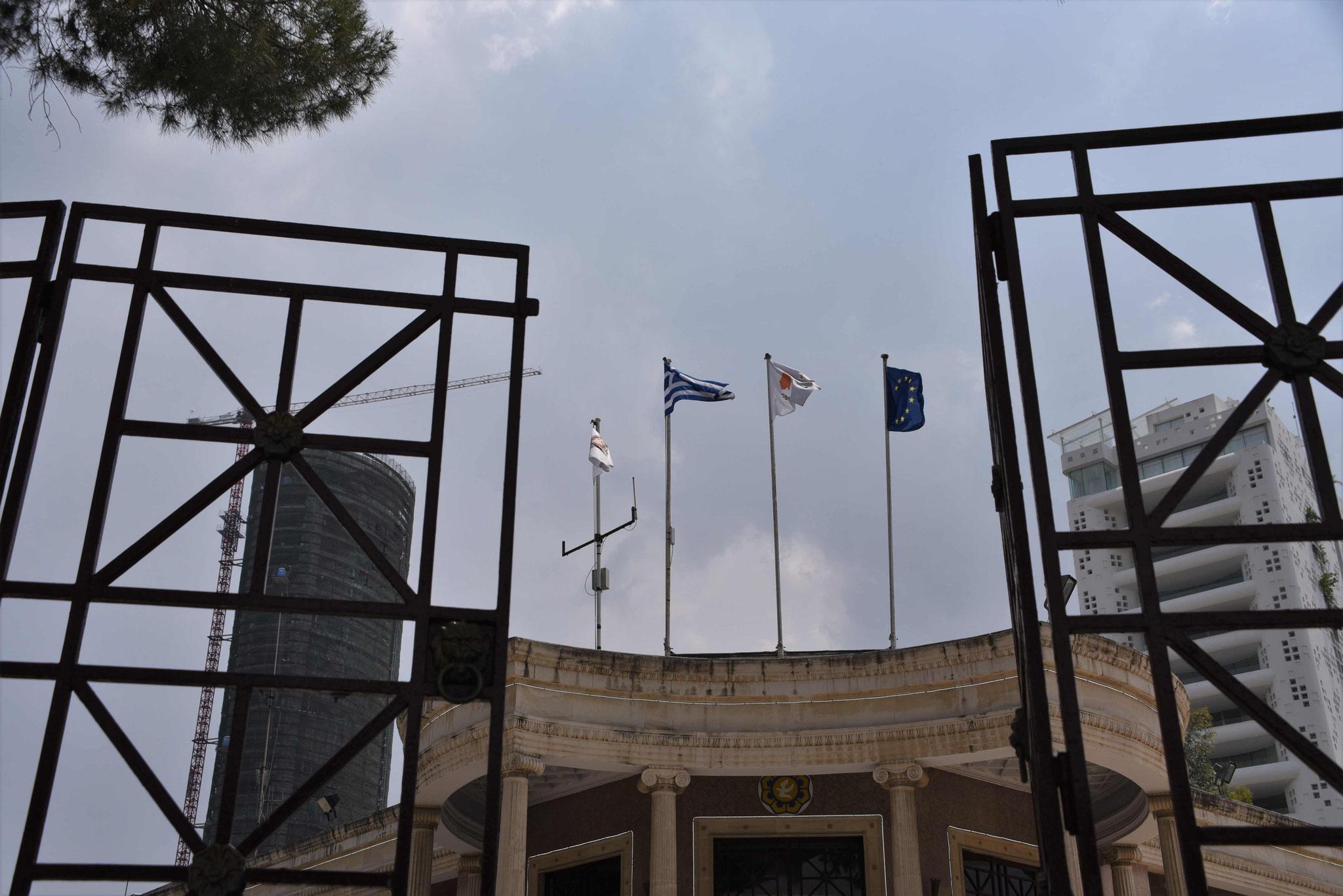Erster Eindruck - Eisentor vor dem Rathaus
