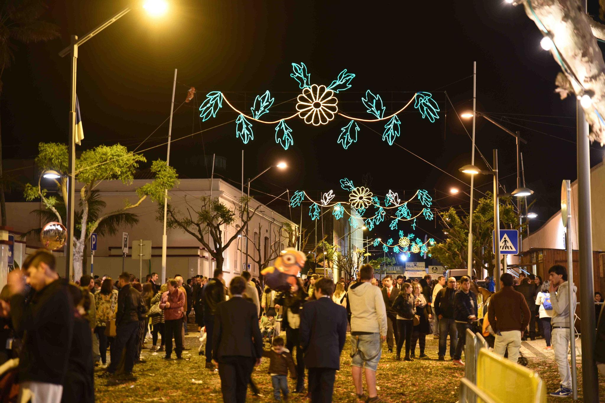 Straßenbeleuchtung für das Fest Santo Cristo