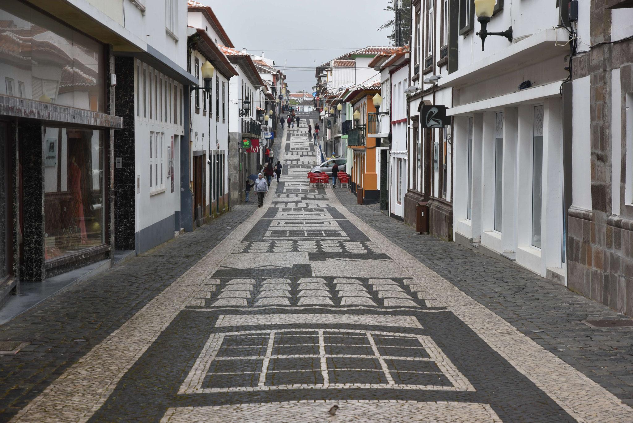 Haupteinkaufsstraße von Praia da Vitória
