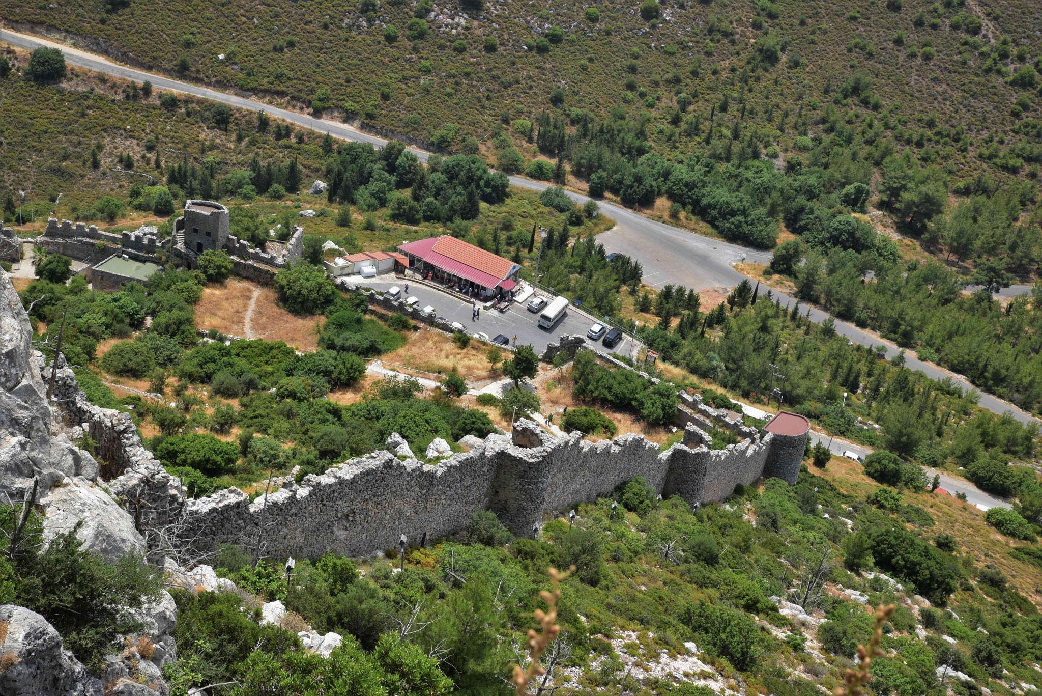 Blick auf die Festungsmauer nach unten II