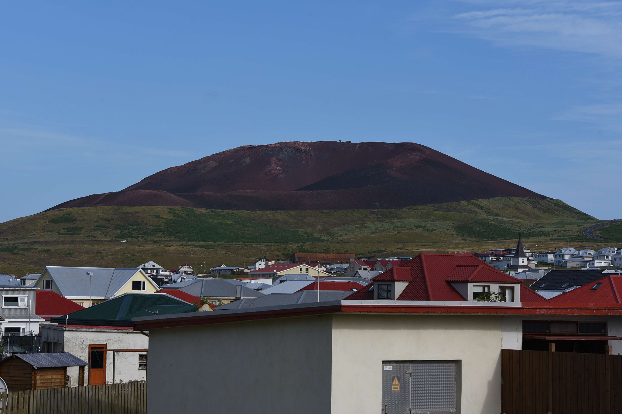 Blcik über Heimaey auf den Vulkan Eldfell