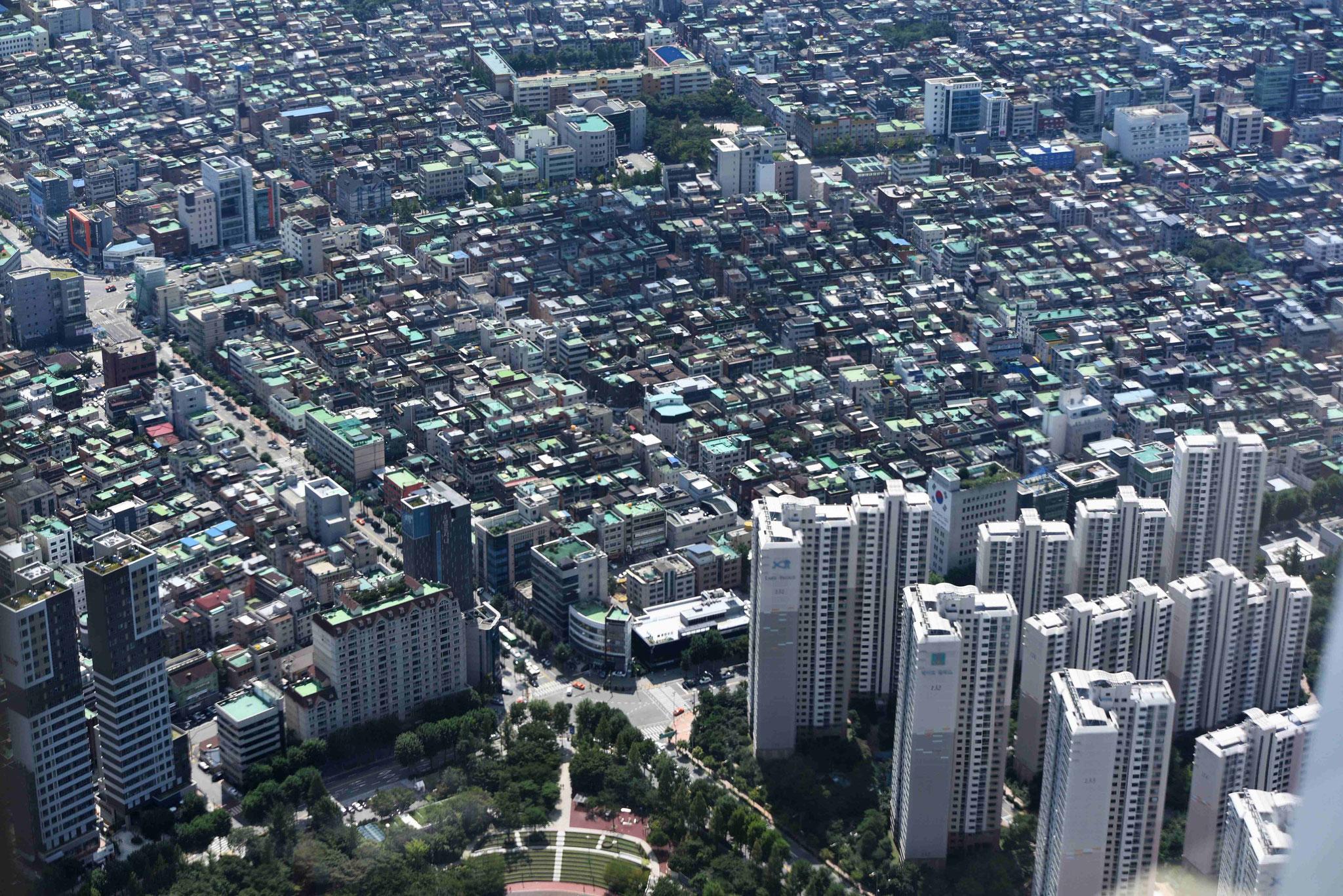 Wolkenkratzer und kleine Wohnhäuser sind dicht beieinander