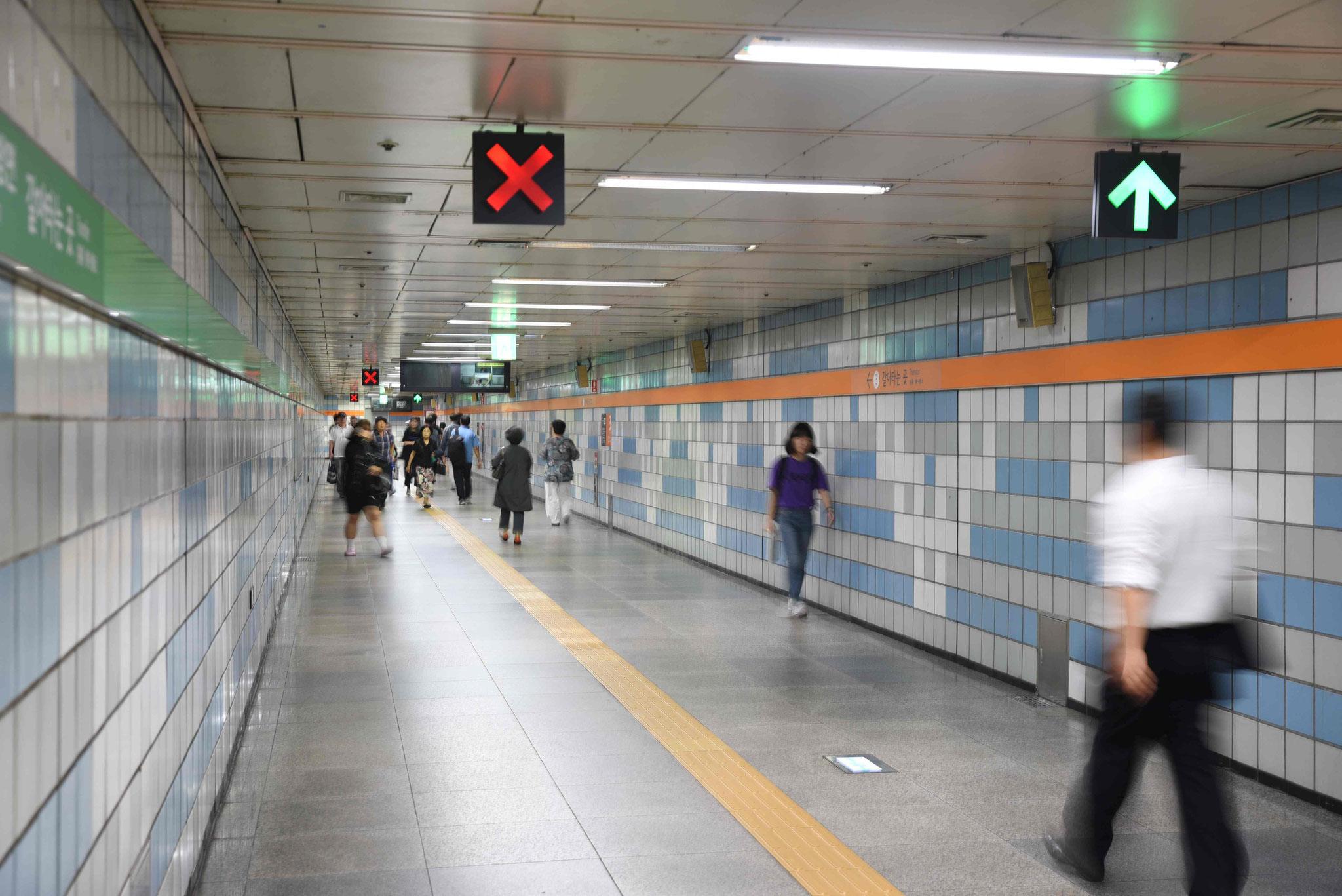 In der U-Bahn bitte immer schön rechts halten!