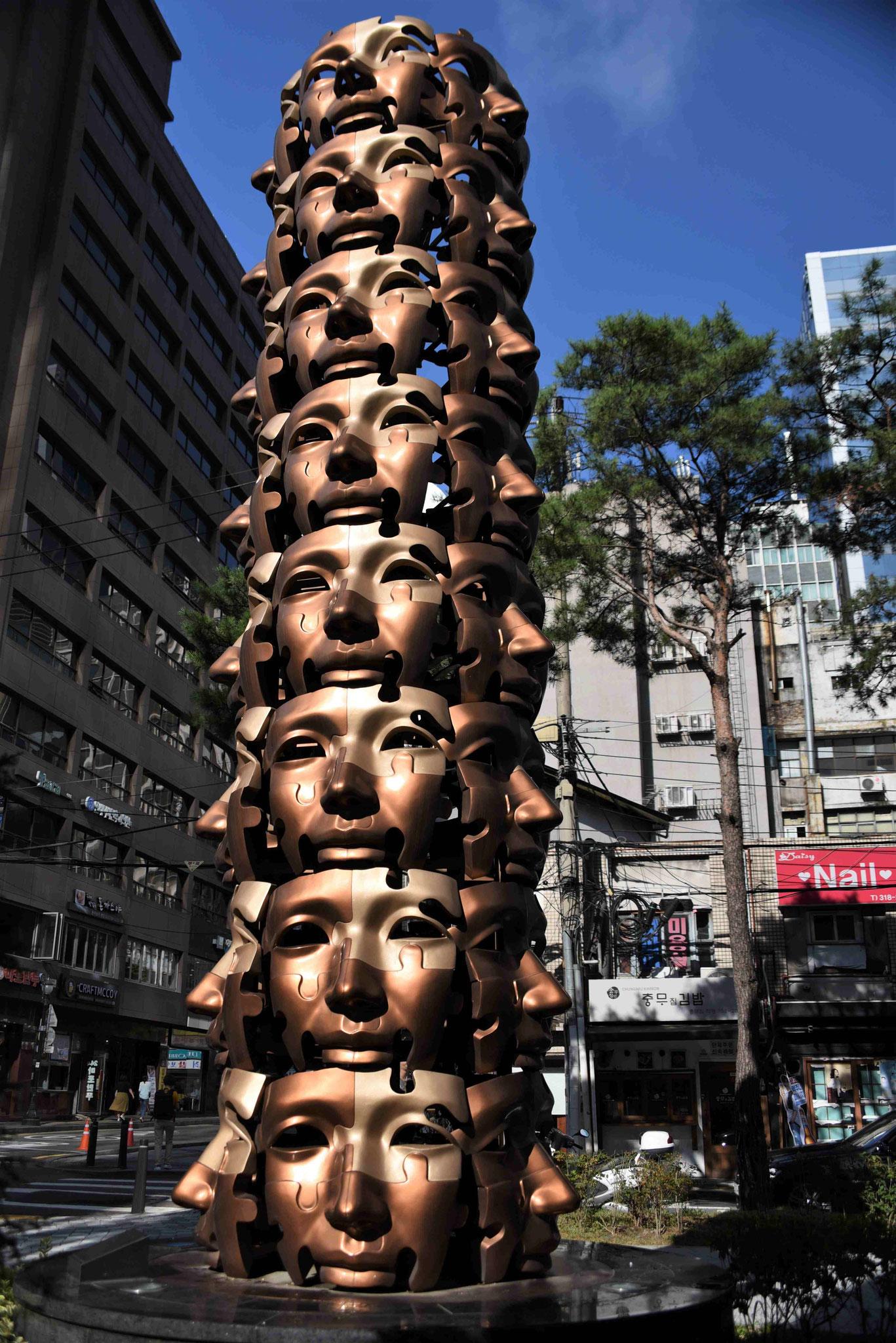 Maskenkunst - der Koreaner mag keinen direkten Blickkontakt