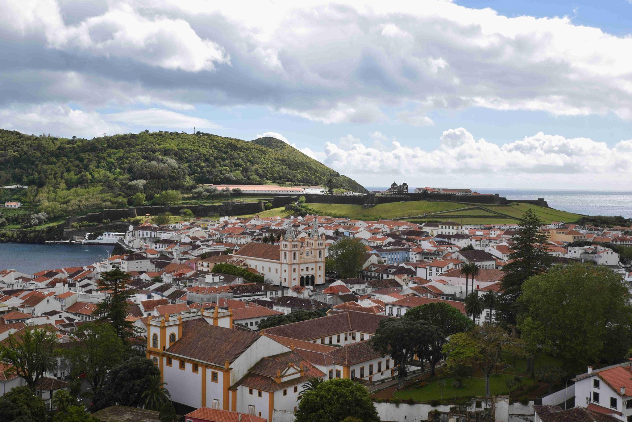 Über den Dächern von Angra do Heroismo
