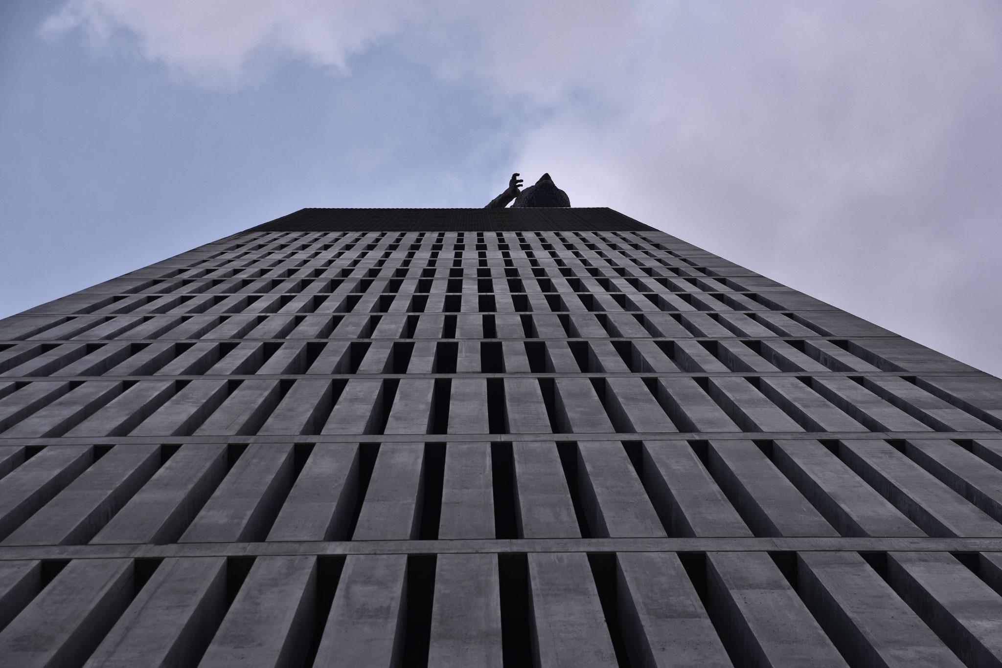 Der Herkules von unten auf dem Gebäude