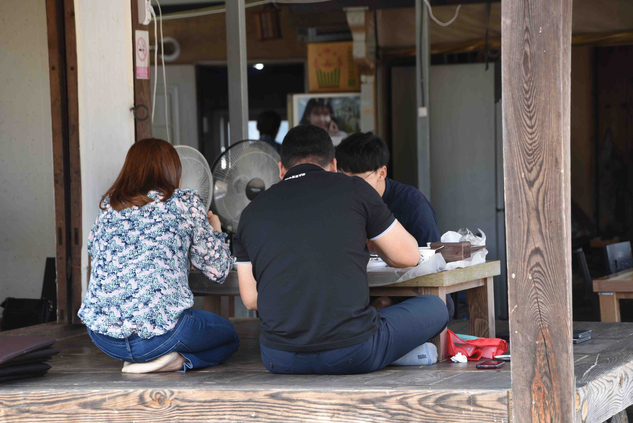 Traditionell wird im Schneidersitz gegessen