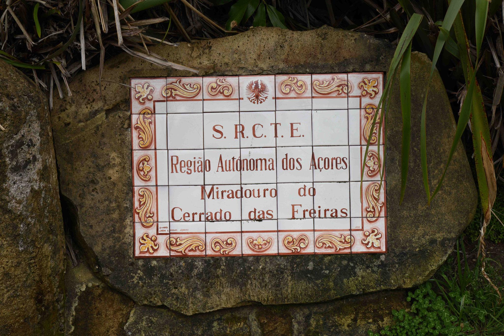 Keramikhinweistafel an einem der vielen Miradouros (Aussichtspunkte)