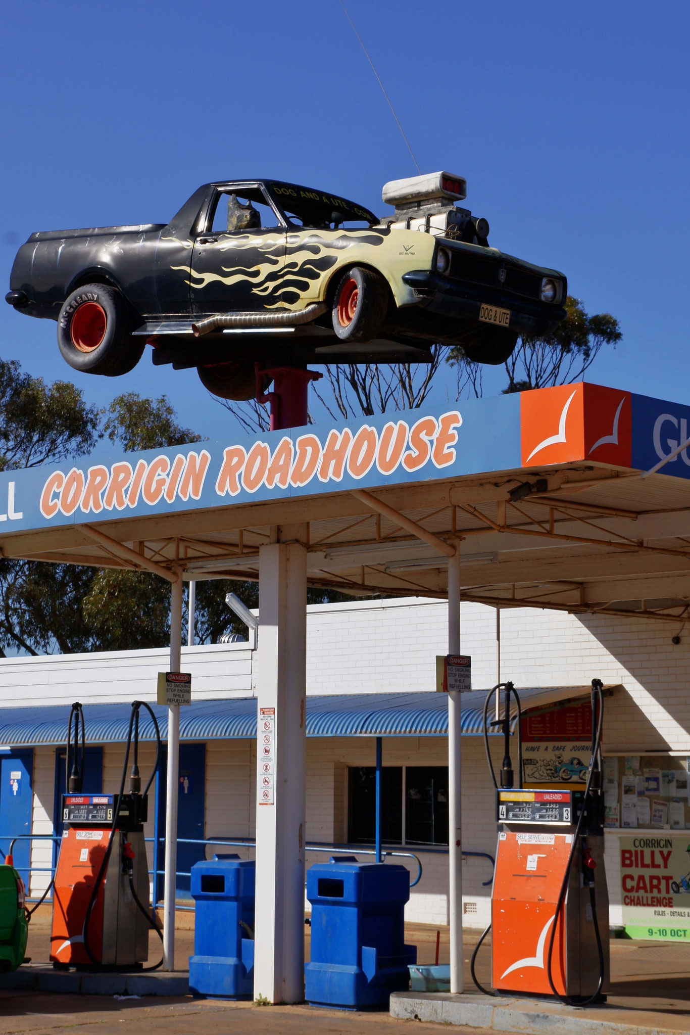 Werbung für KFZ-Reparaturen an einer Tankstelle