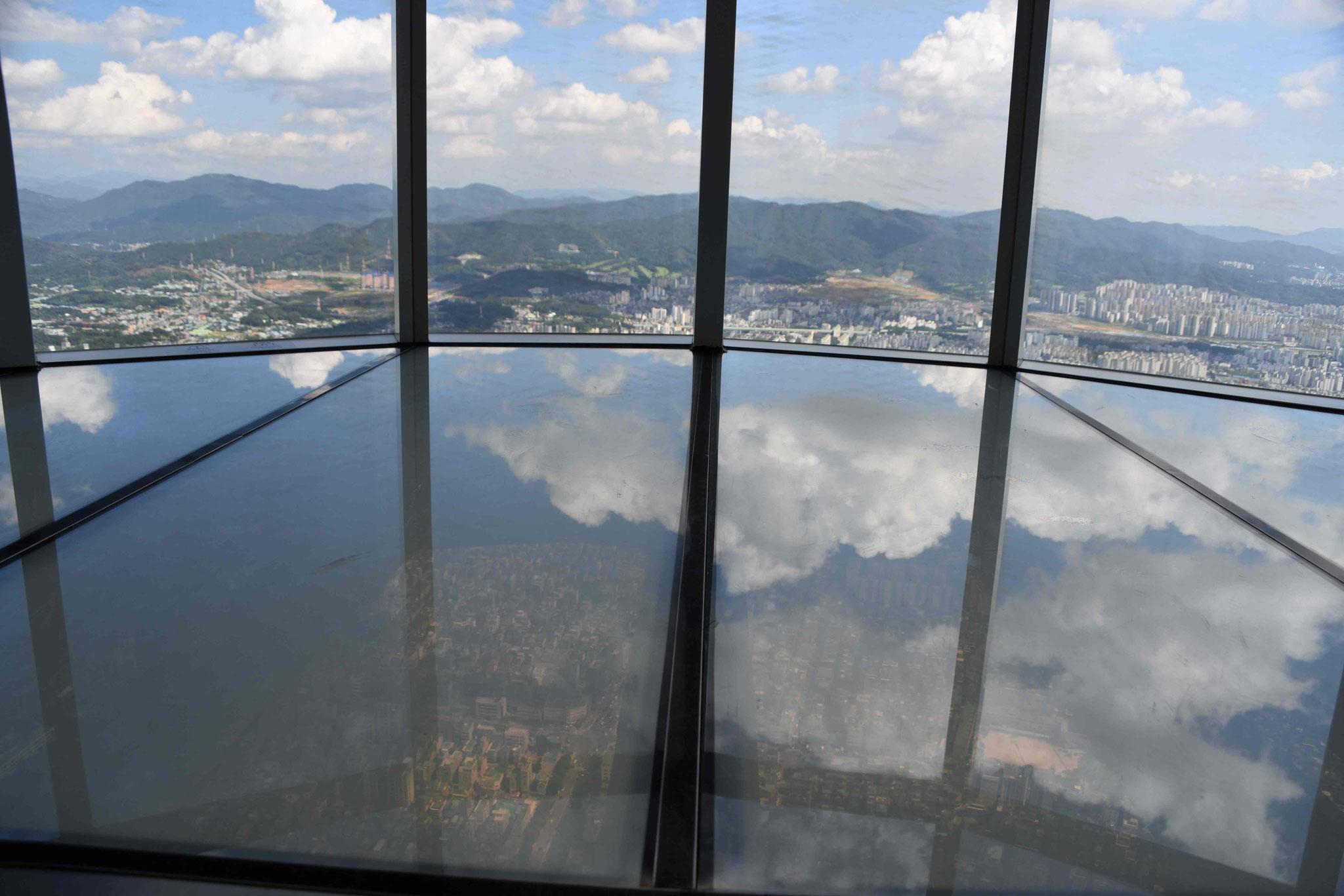 Blick in die Weite und durch den Glasboden nach unten