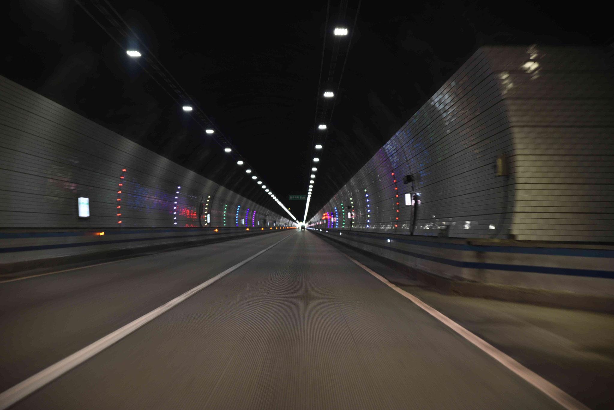 Leuchtringe im Tunnel - dazu Sirenengeheul aus dem Lautsprecher