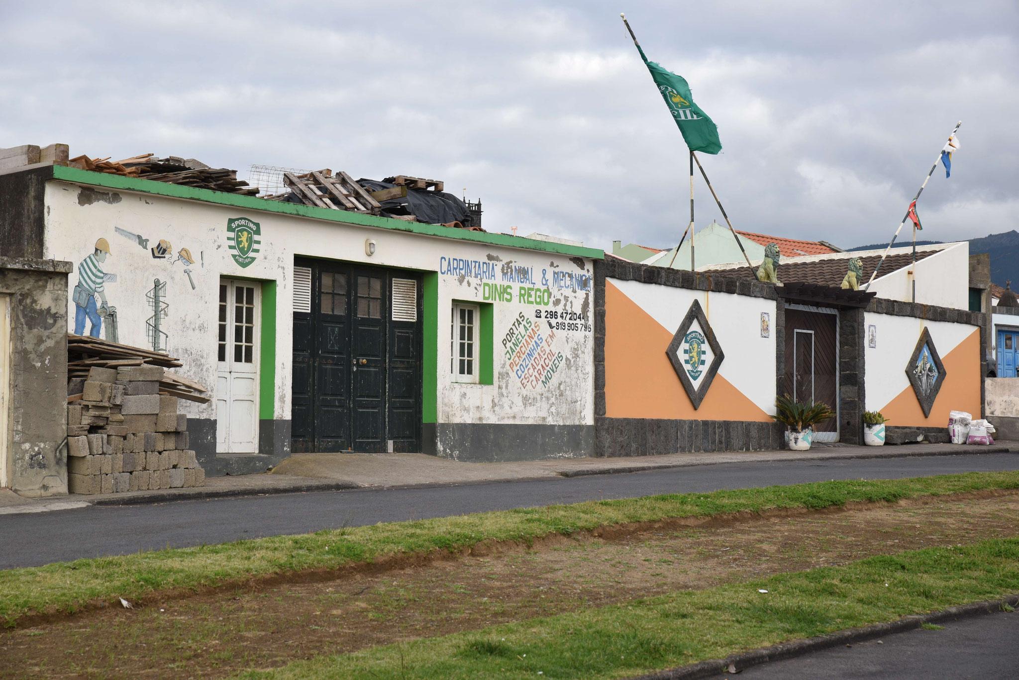 Das Dach wird mitbenutzt und die Häuser dienen als Werbefläche