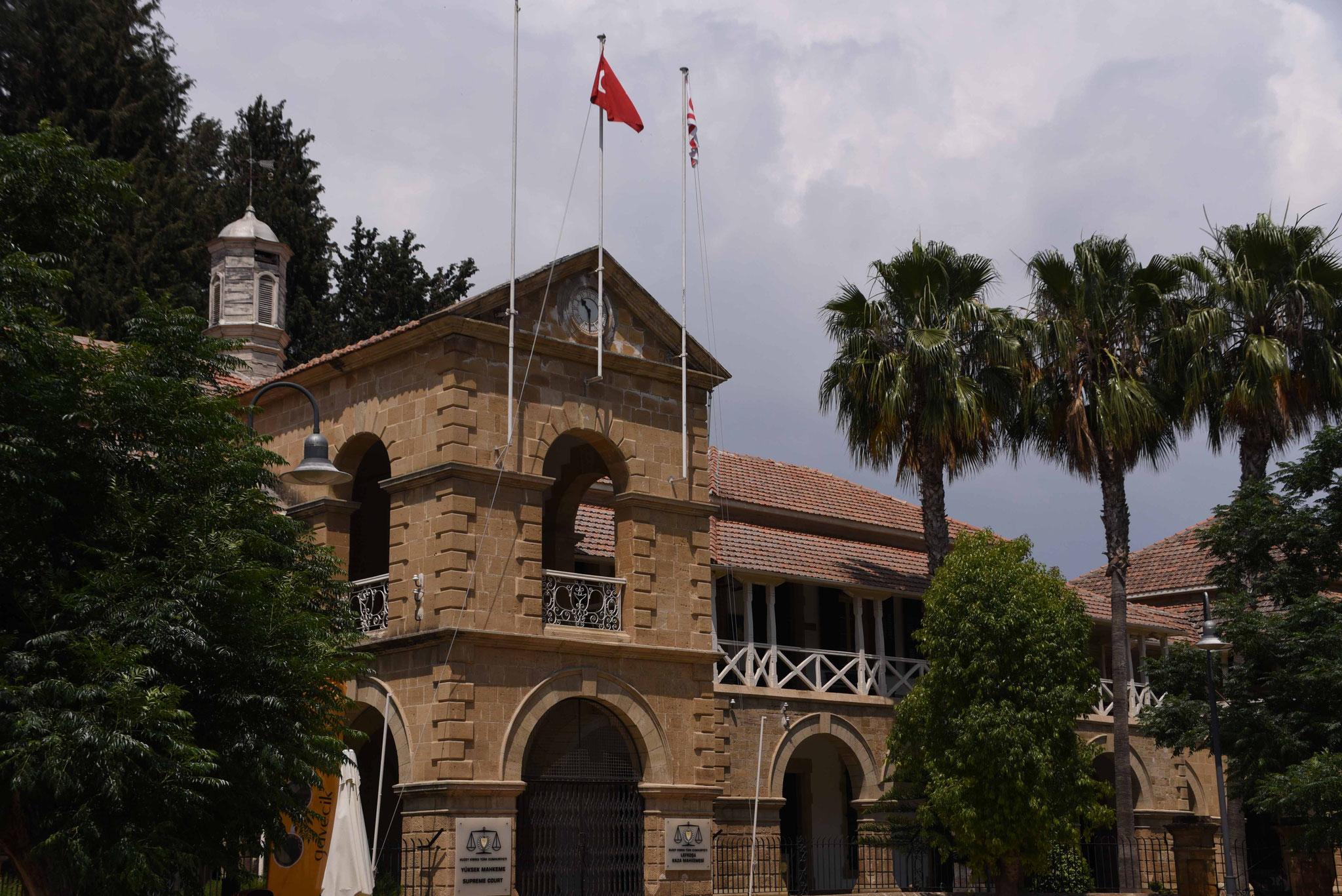 Überall weht die türkische und Türkisch-zypriotische Flagge