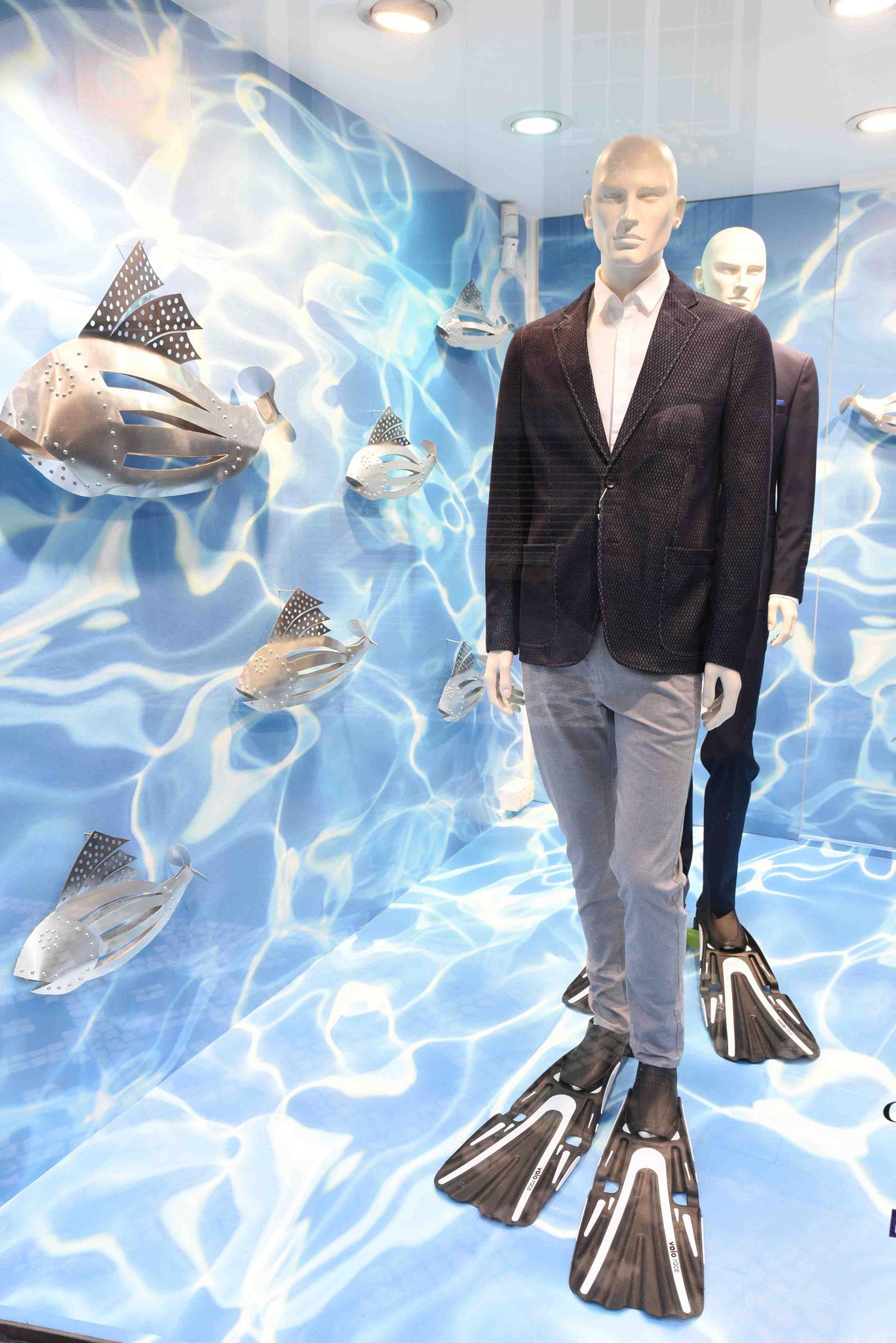 Werbung eines Schuhgeschäfts für Übergrößen