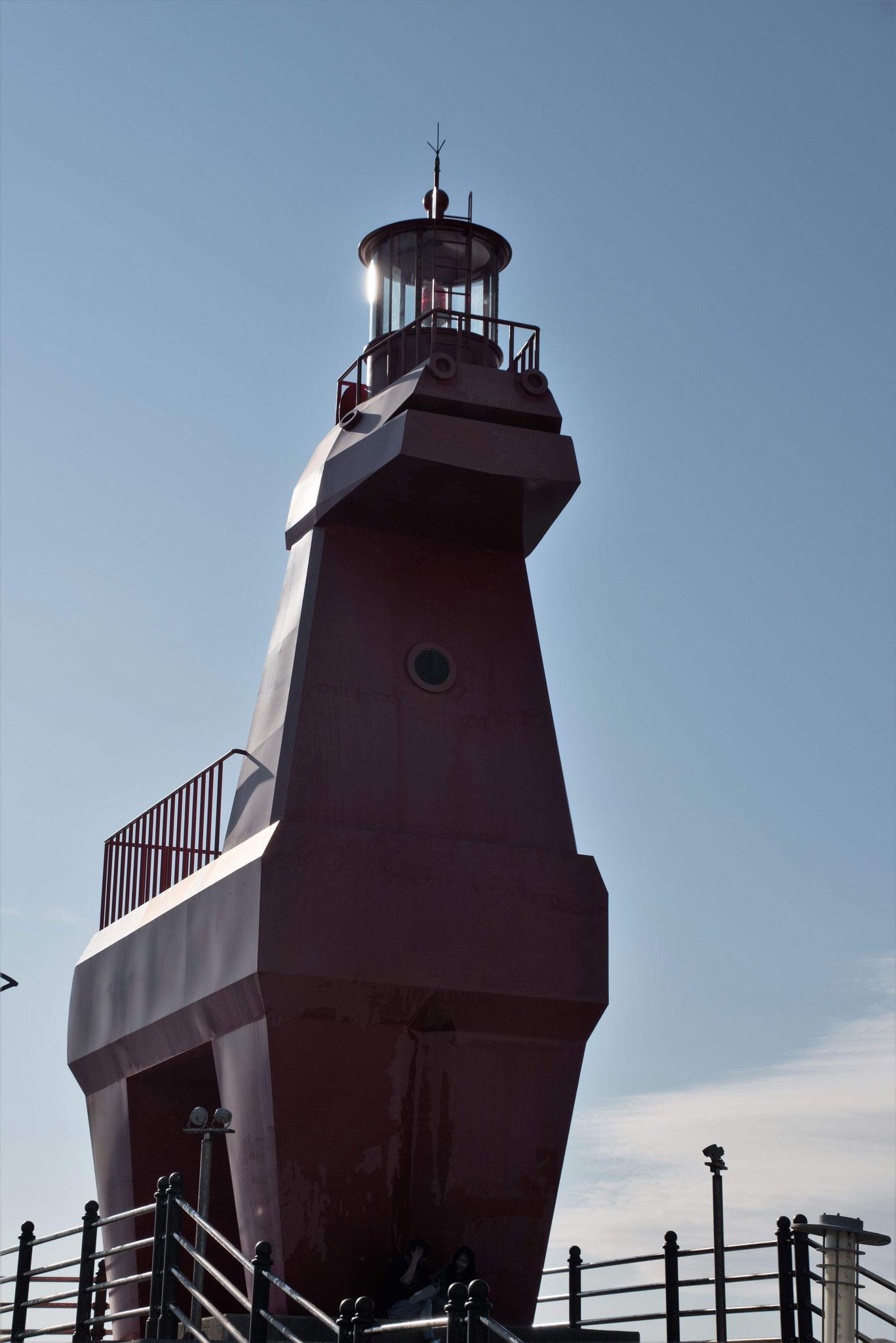 Rot angemalter Leuchtturm in Pferdeform