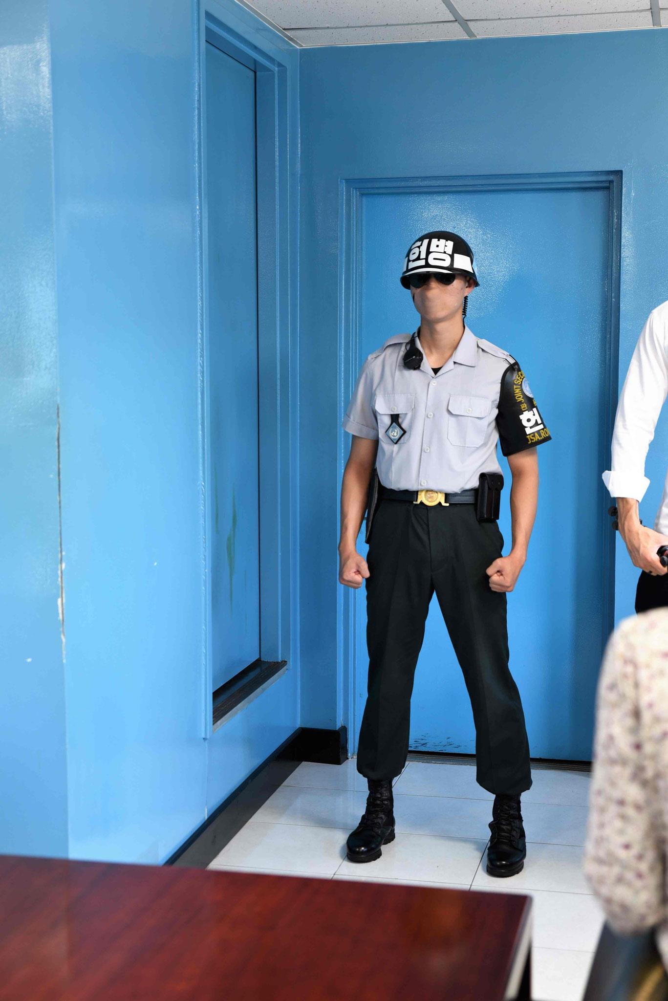 Man beachte die Körperhaltung des Nordkoreaners