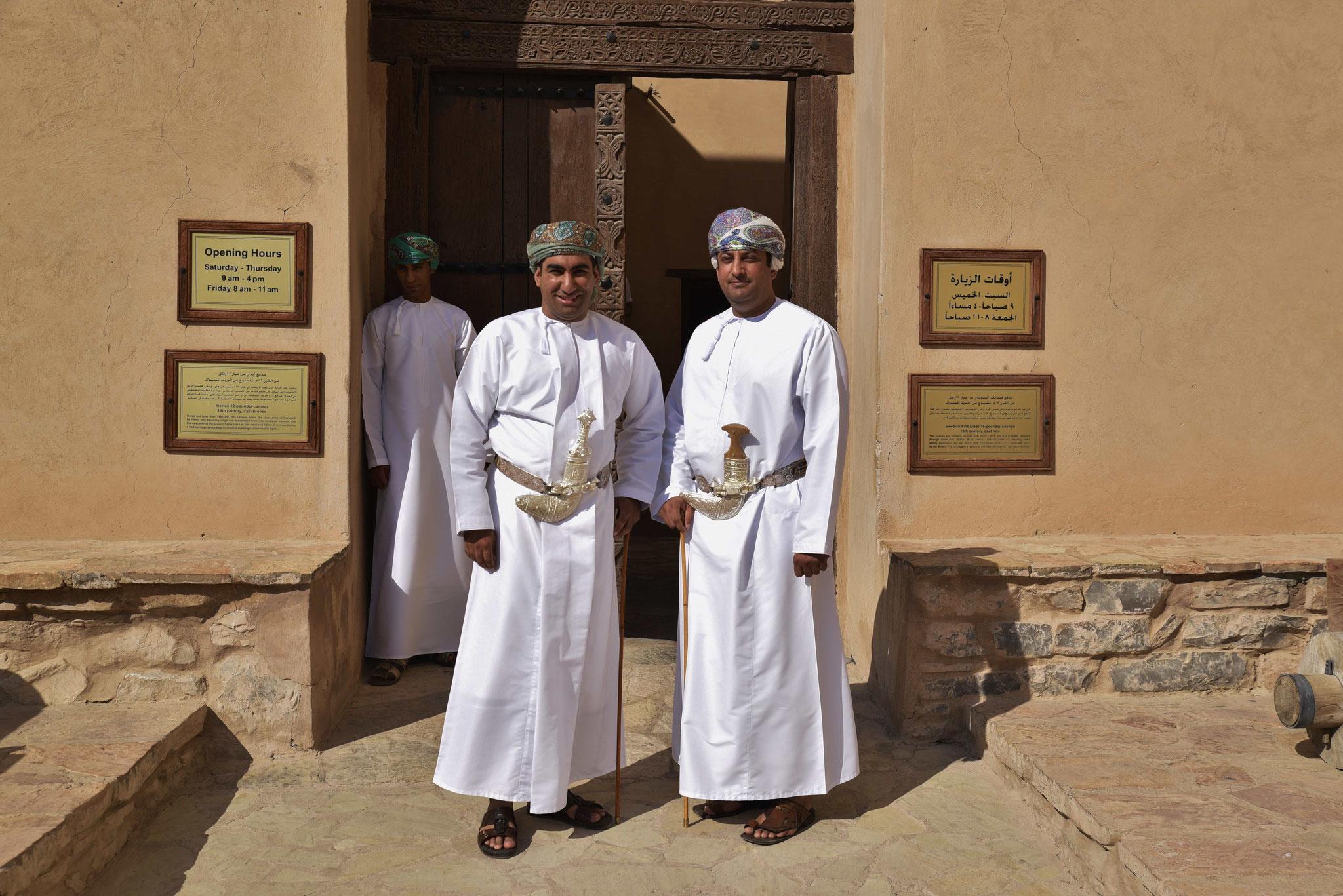 Stolze Omani mit Krummsäbel
