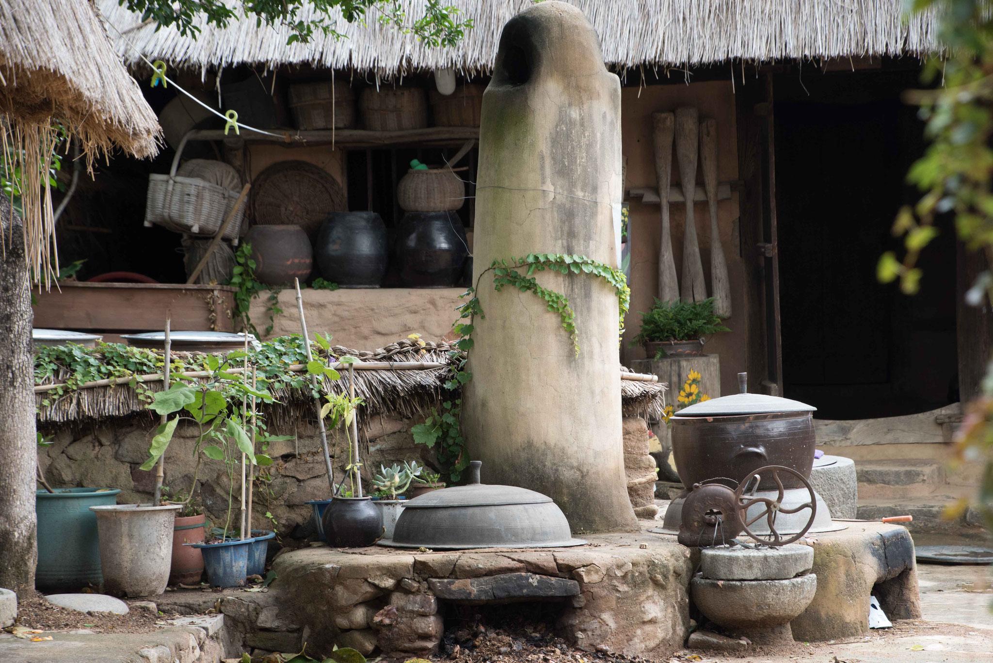 Kochstelle, im Hintergrund Bevorratung von eingemachten Gemüse