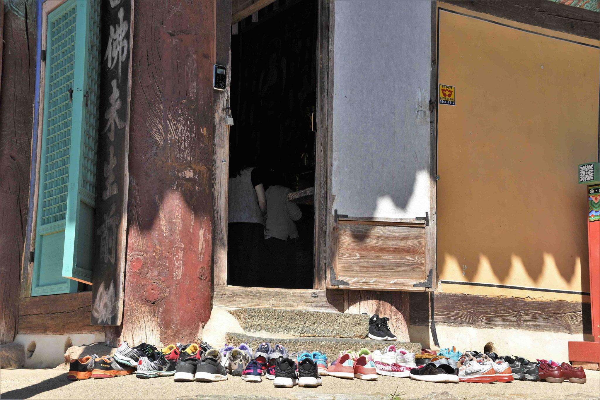 Die Schuhe werden ausgezogen