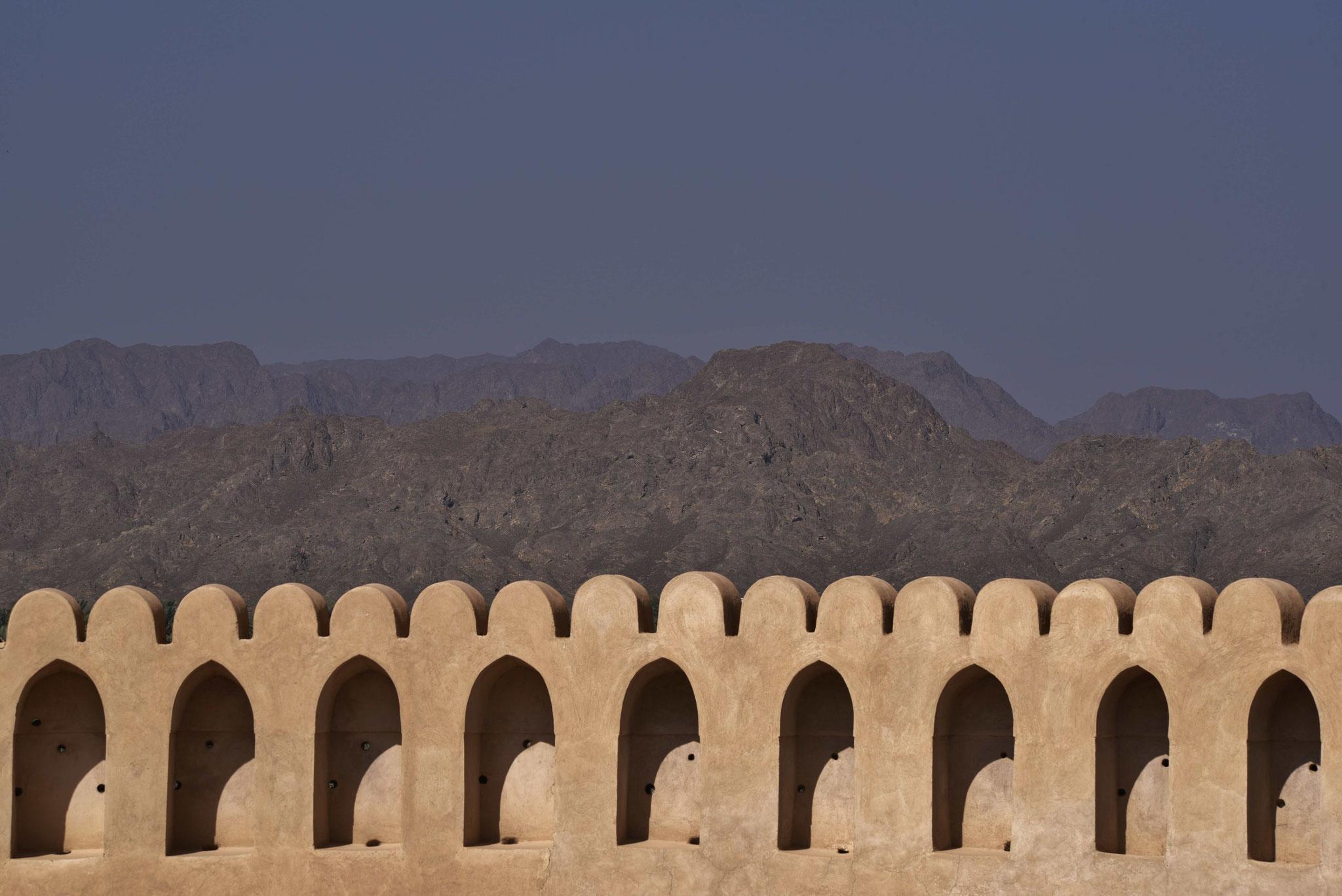 Festungsmauer mit Blick auf die Berge II