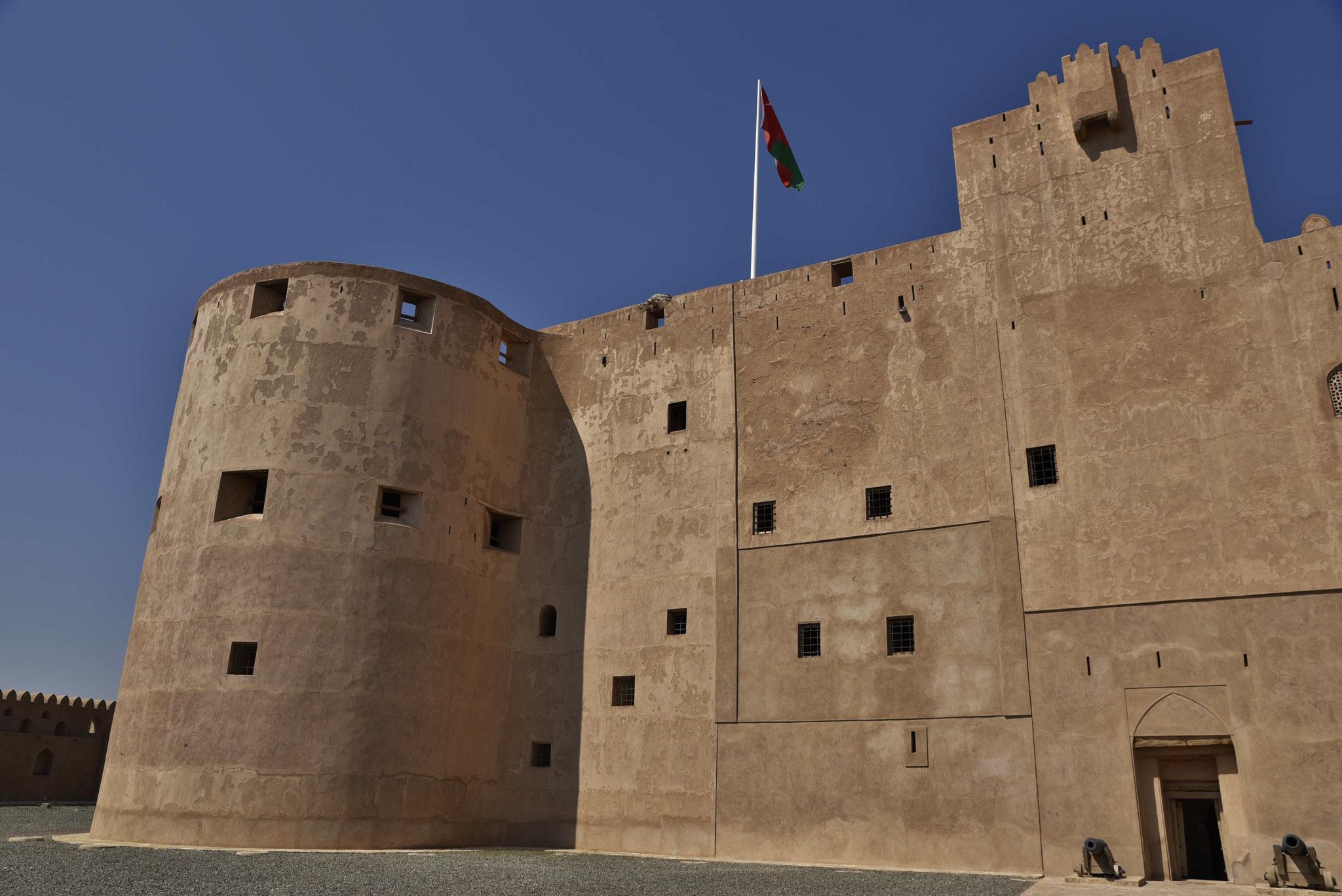 Omanische Flagge weht über dem Palast von Jabrin