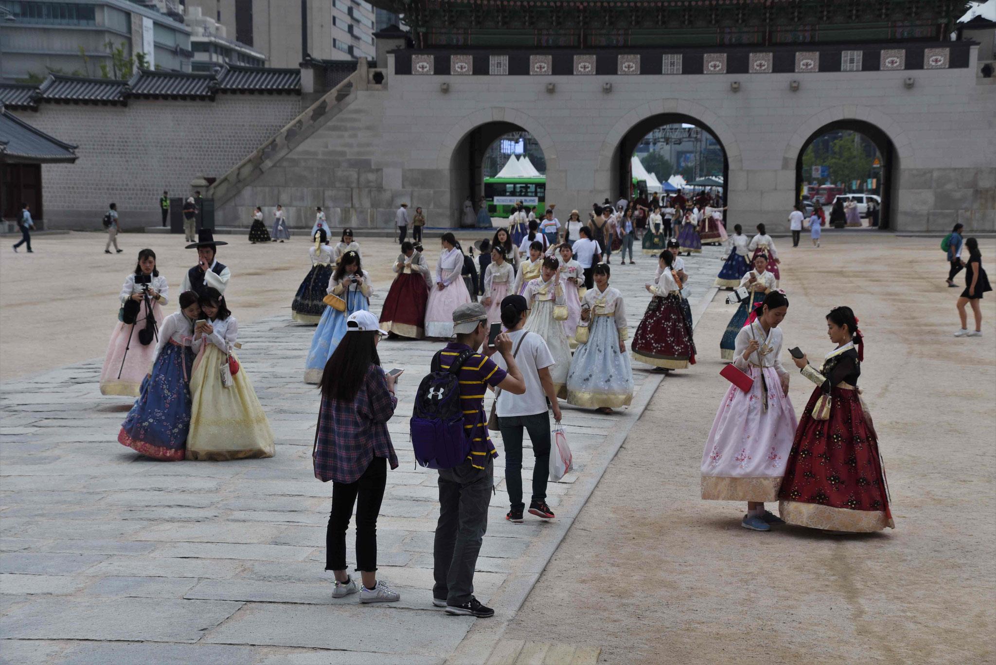 Auflauf von vielen Hanbok-Trägern