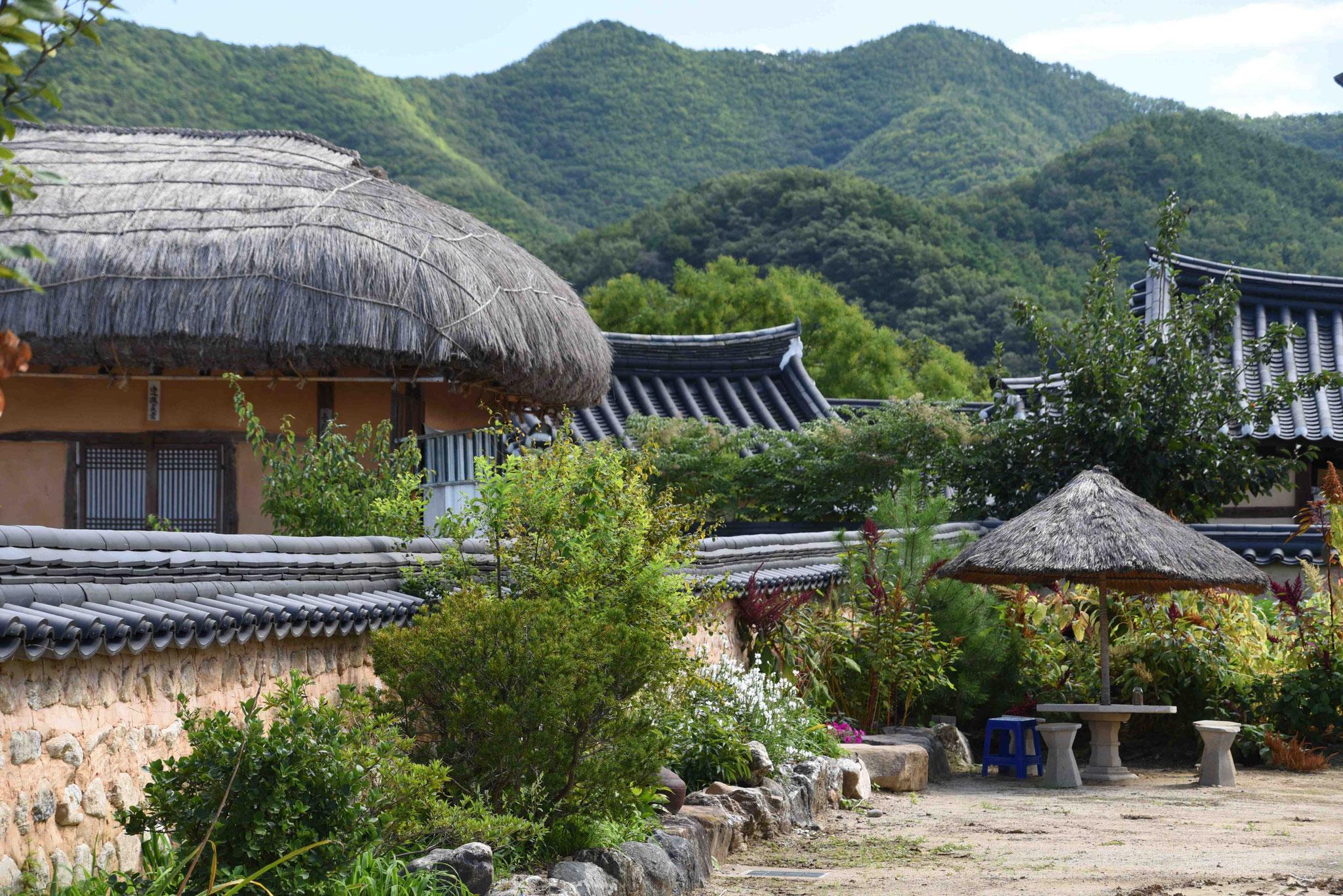 Blick auf das Dorf mit den Bergen im Hintergrund
