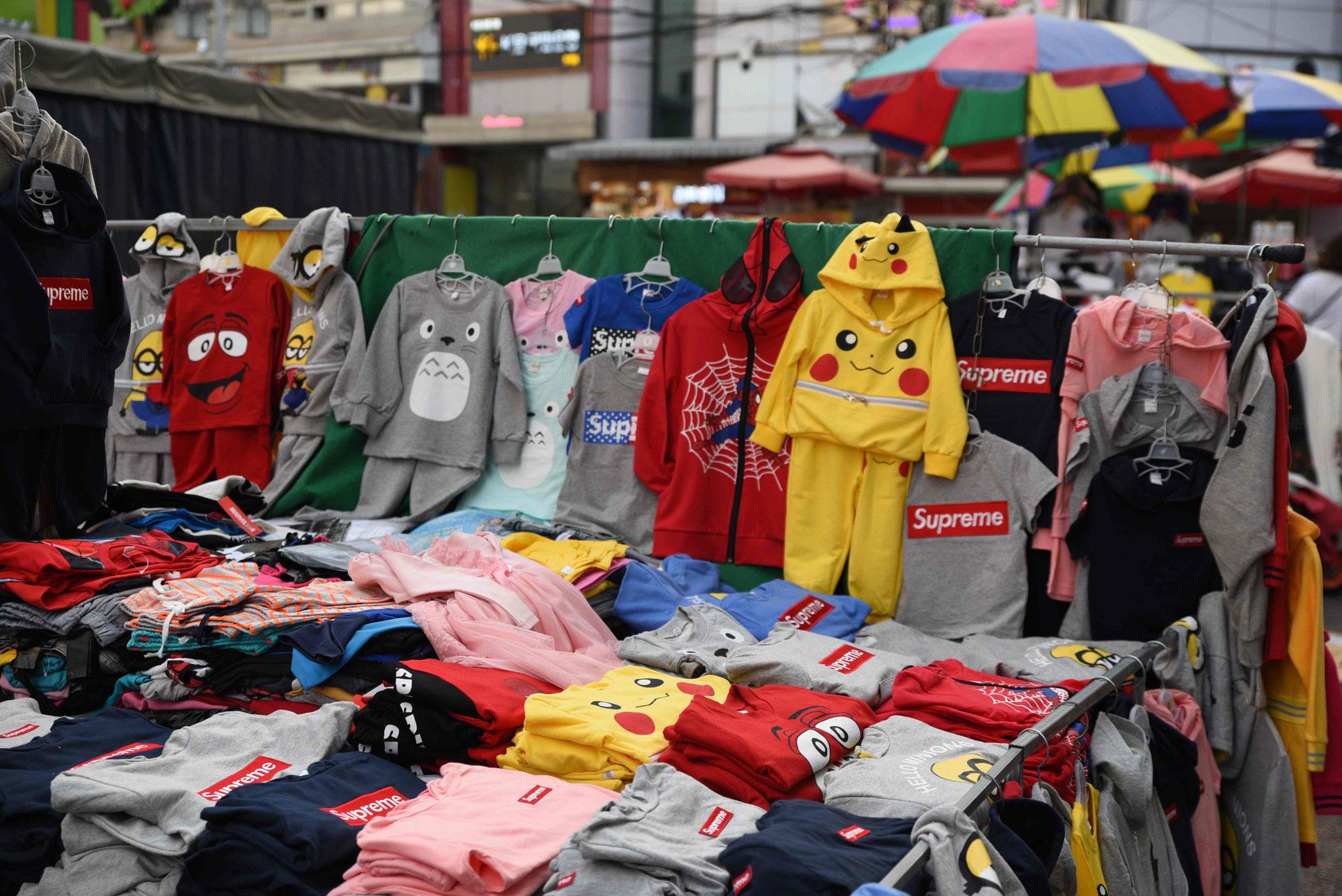 Straßenverkauf von Kinderkleidung