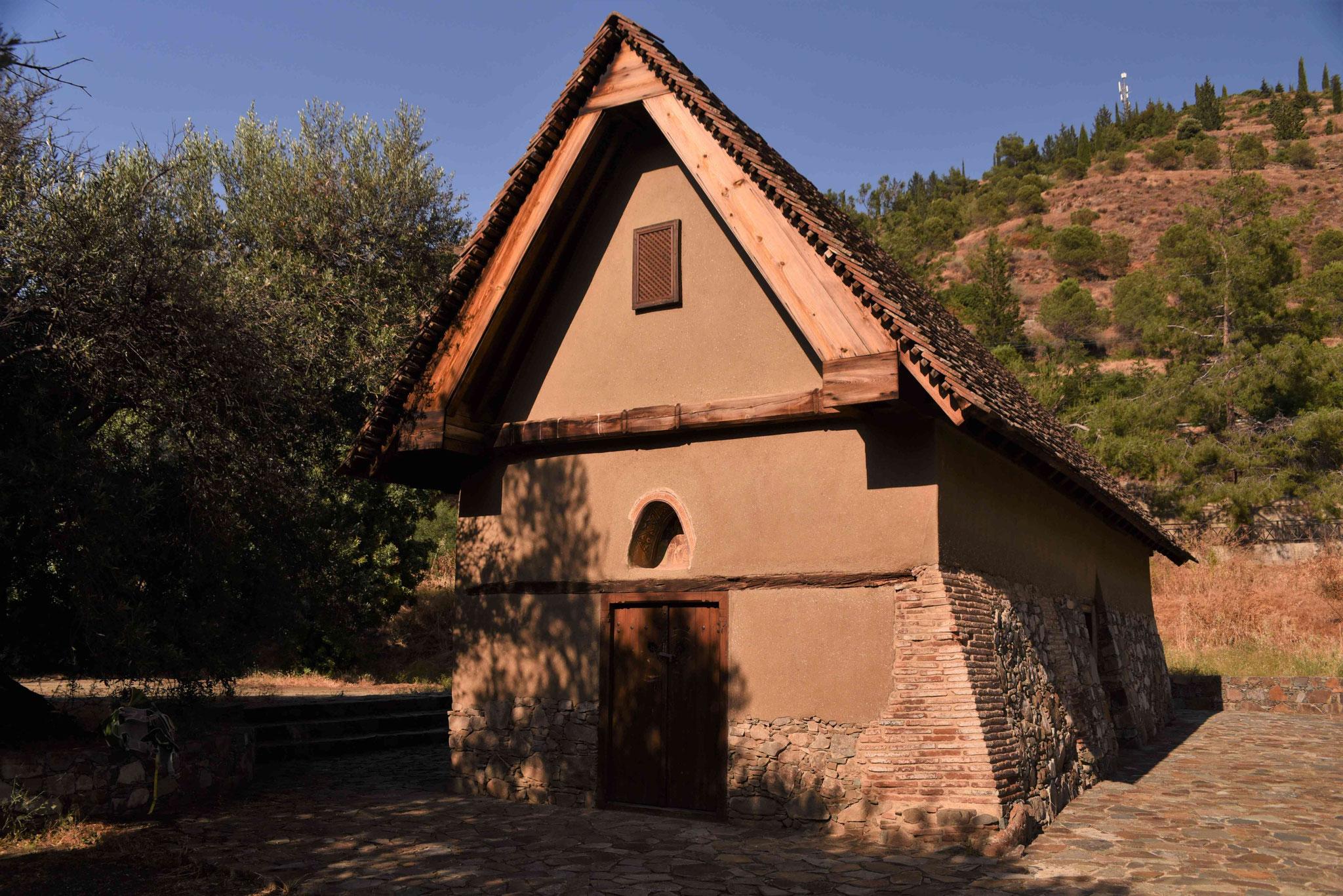 Wenige hundert Meter entfernt eine weitere Scheunendachkirche
