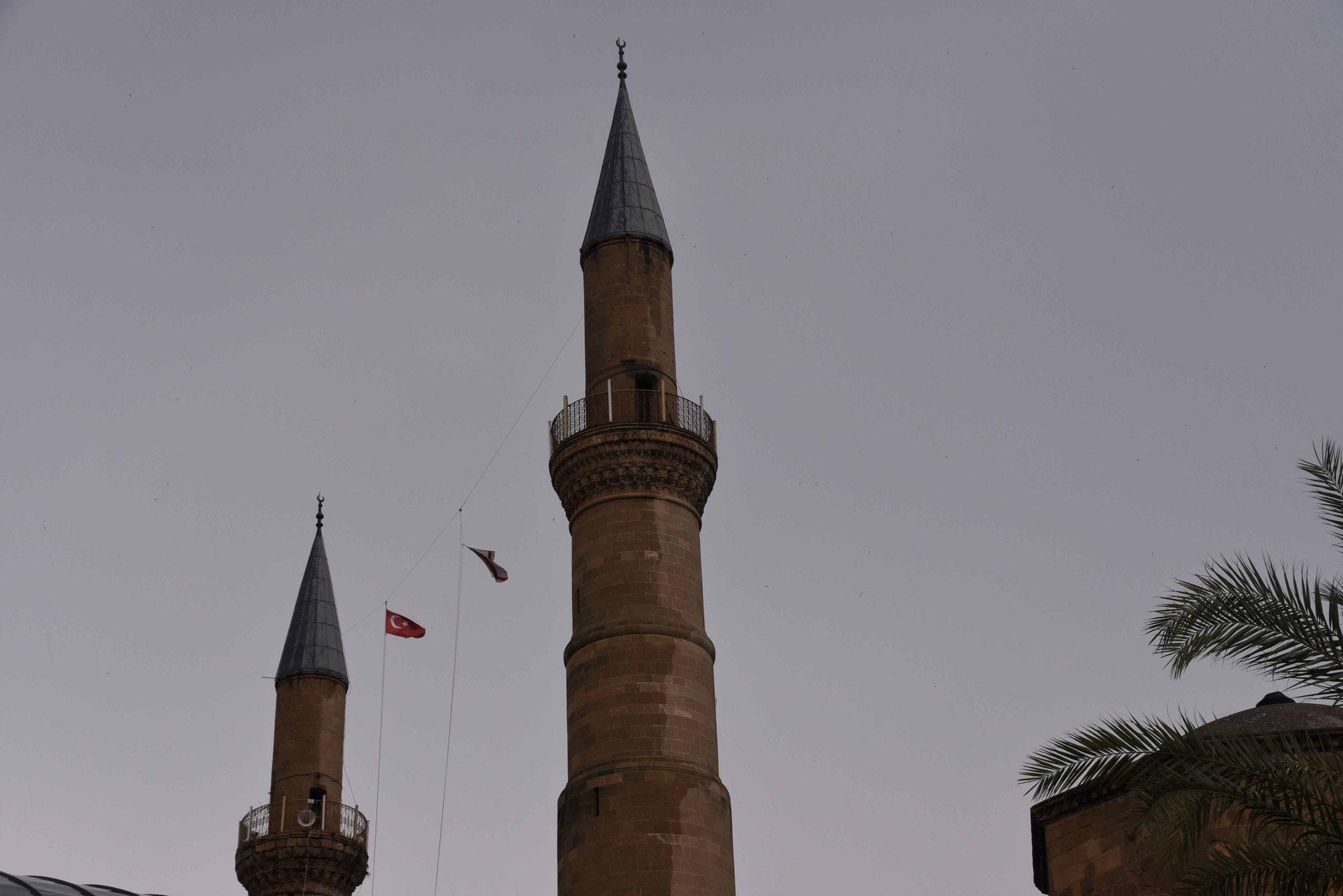 Beide Flaggen zwischen den Minaretten