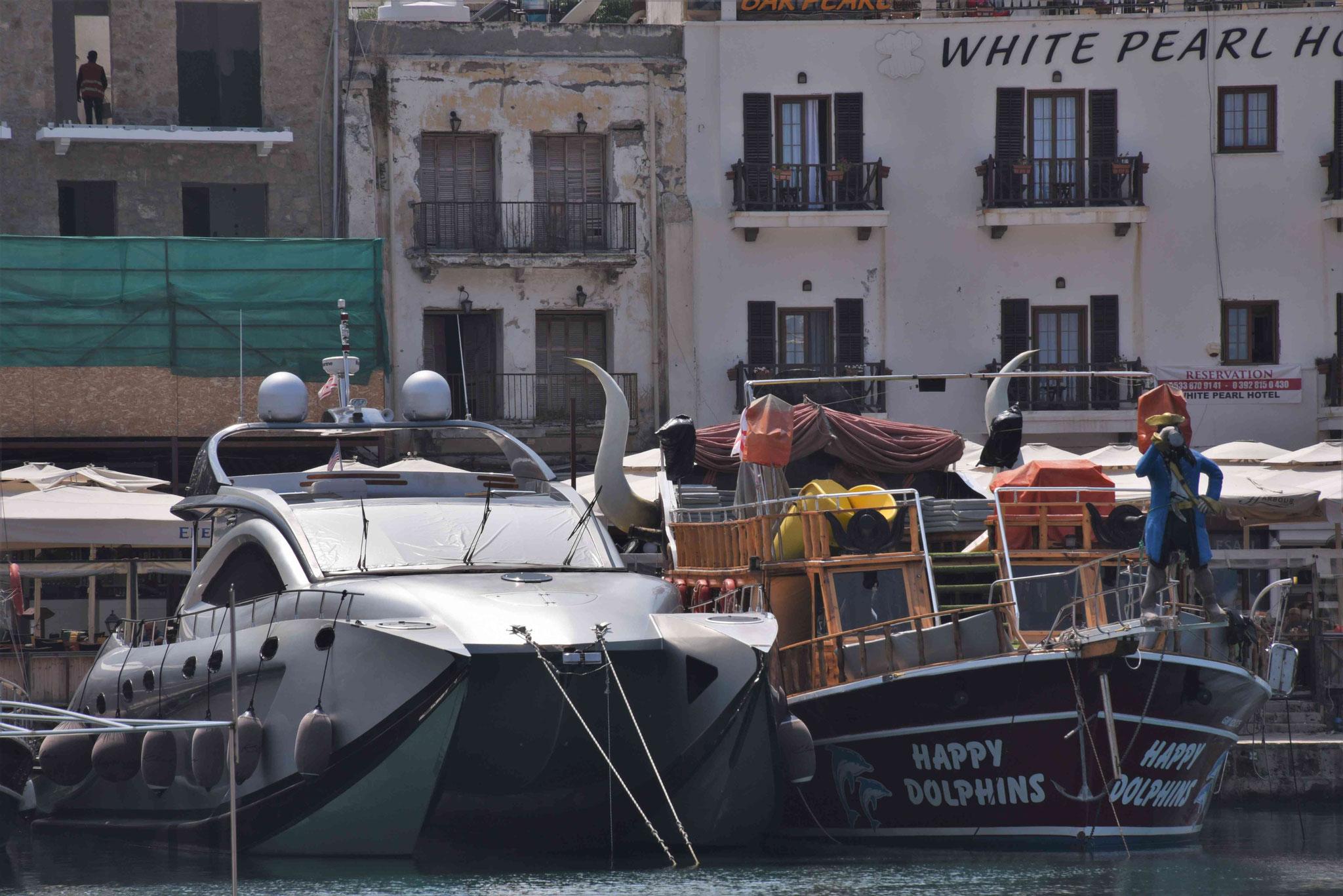 Boote für Reiche und Partyfreaks liegen nebeneinander