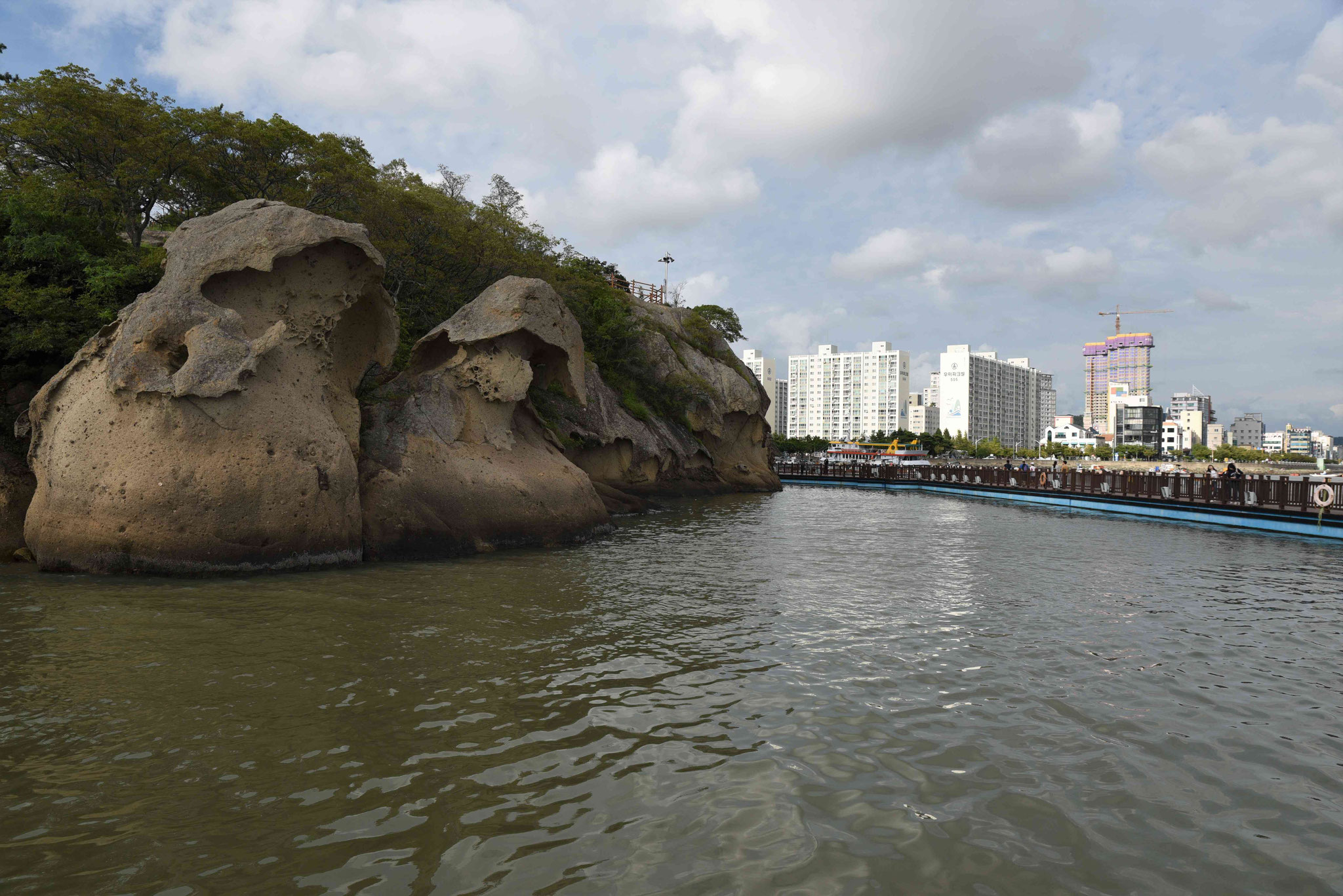 Im Hintergrund Wohngebiet von Mokpo