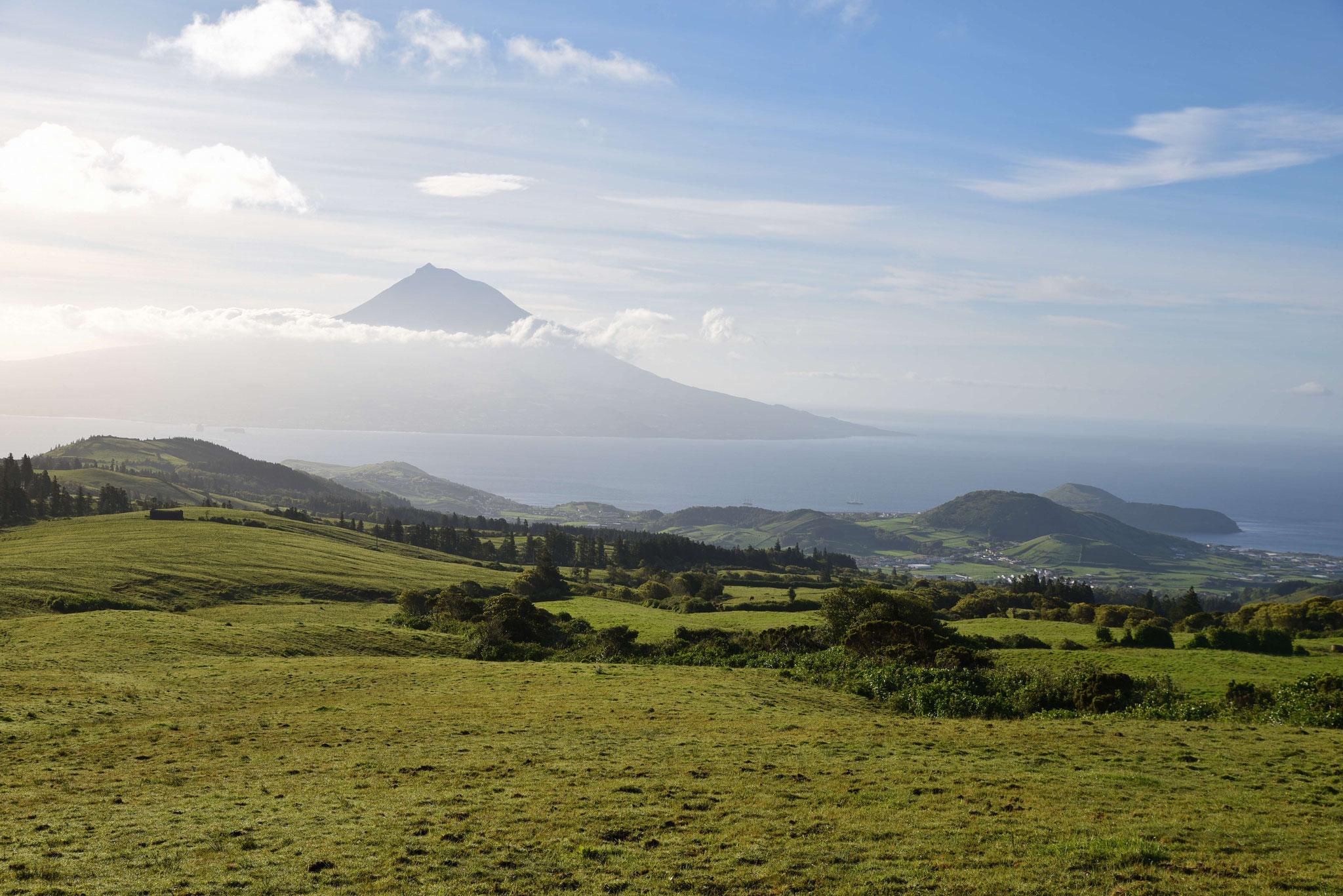 Berg Pico von Faial aus betrachtet