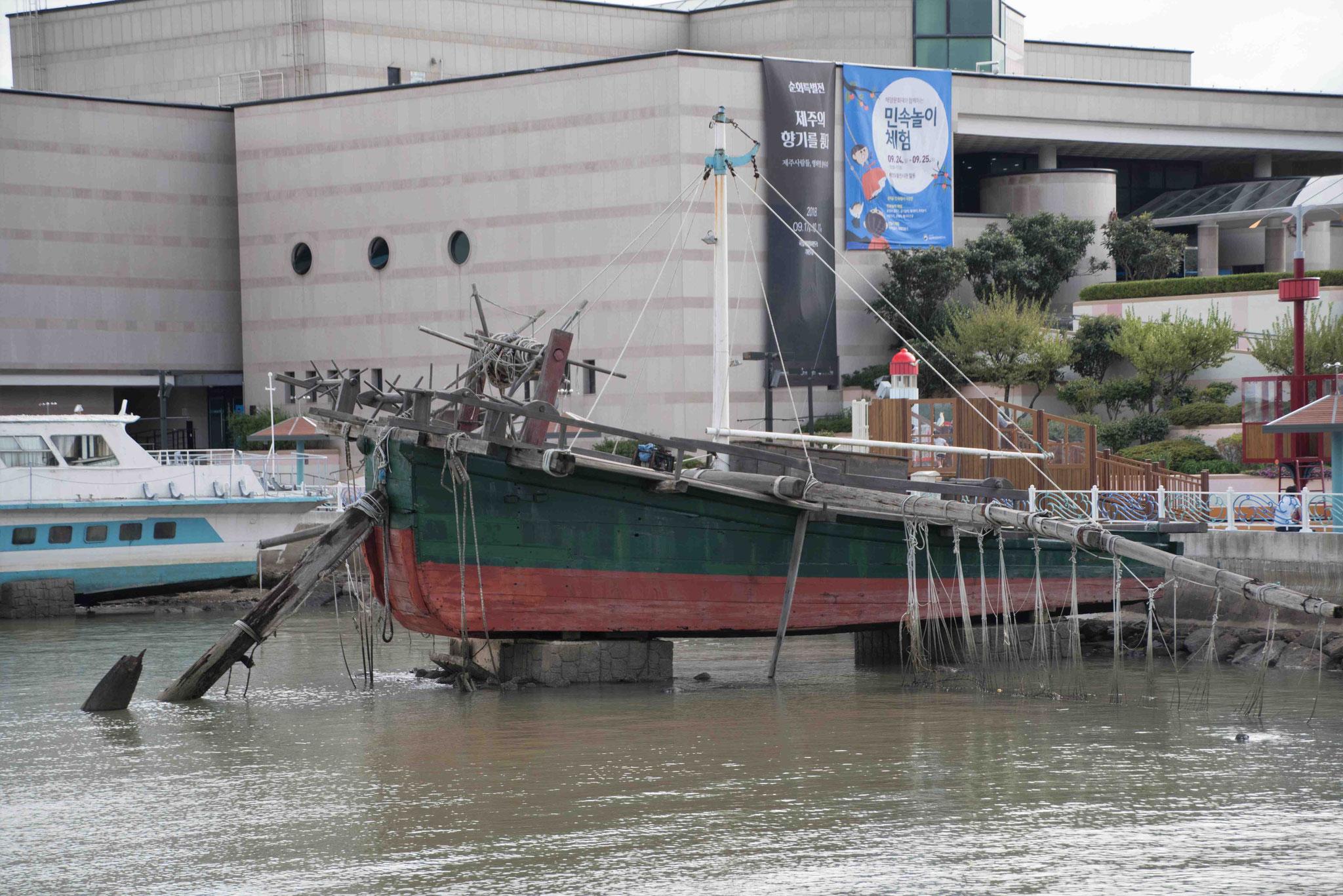 Altes Schiff zum Anlocken von Besuchern