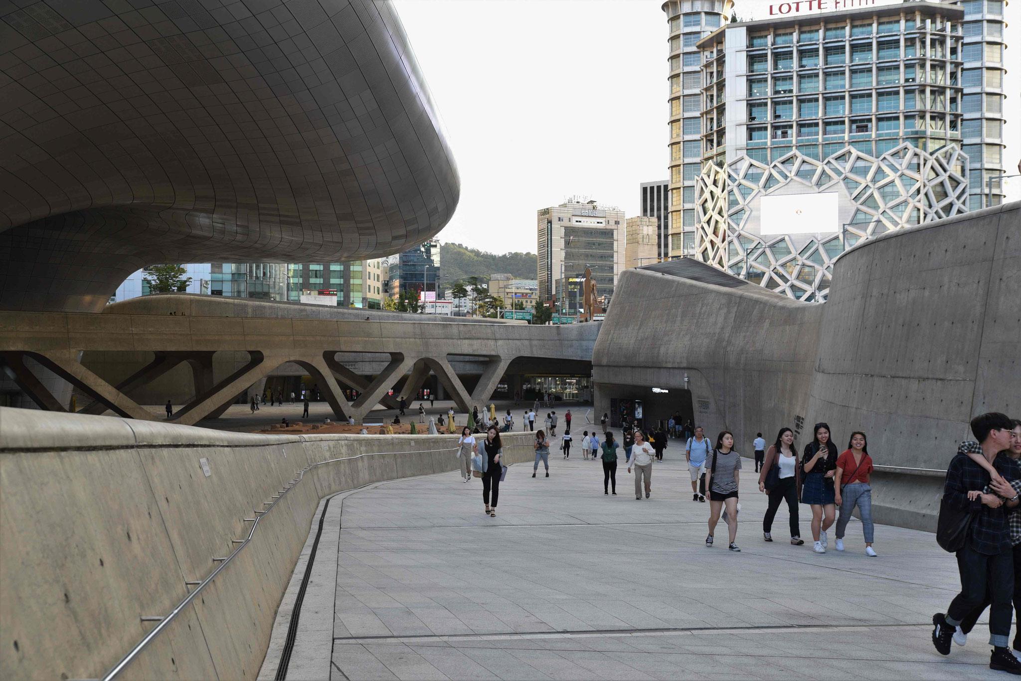 Bei Tageslicht noch etwas nüchterner Anblick des Dongdeamun Design Plaza