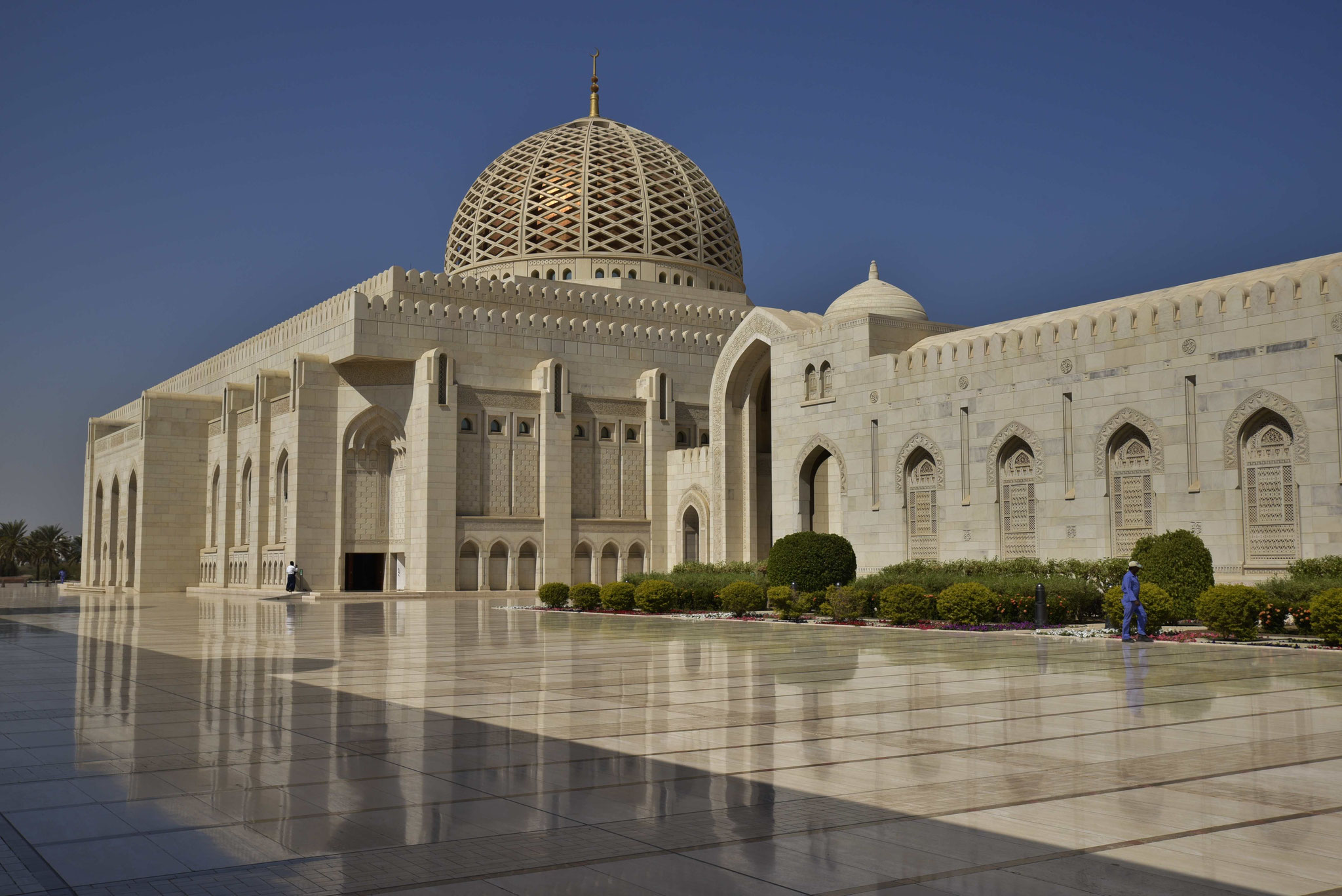 Blick auf die Moschee mit der goldenen Kuppel