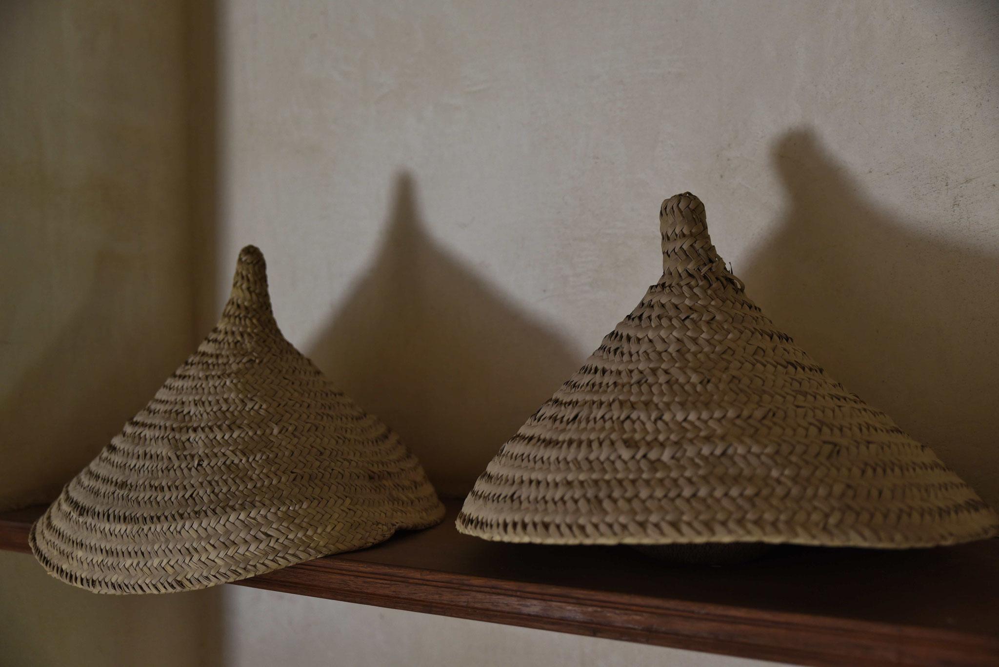 """Umgedreht werden die """"Hüte"""" zum Dattelsammeln verwendet"""