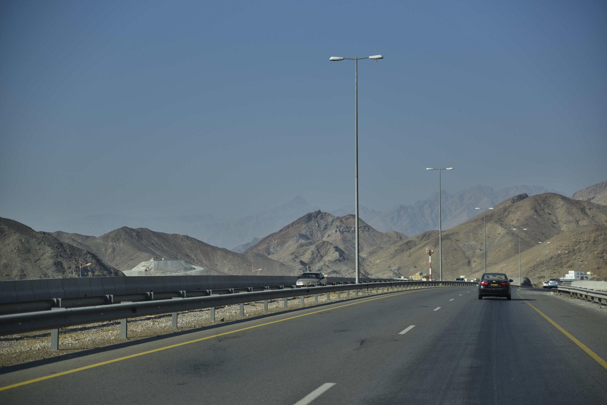 Autobahn durch steinige Berge
