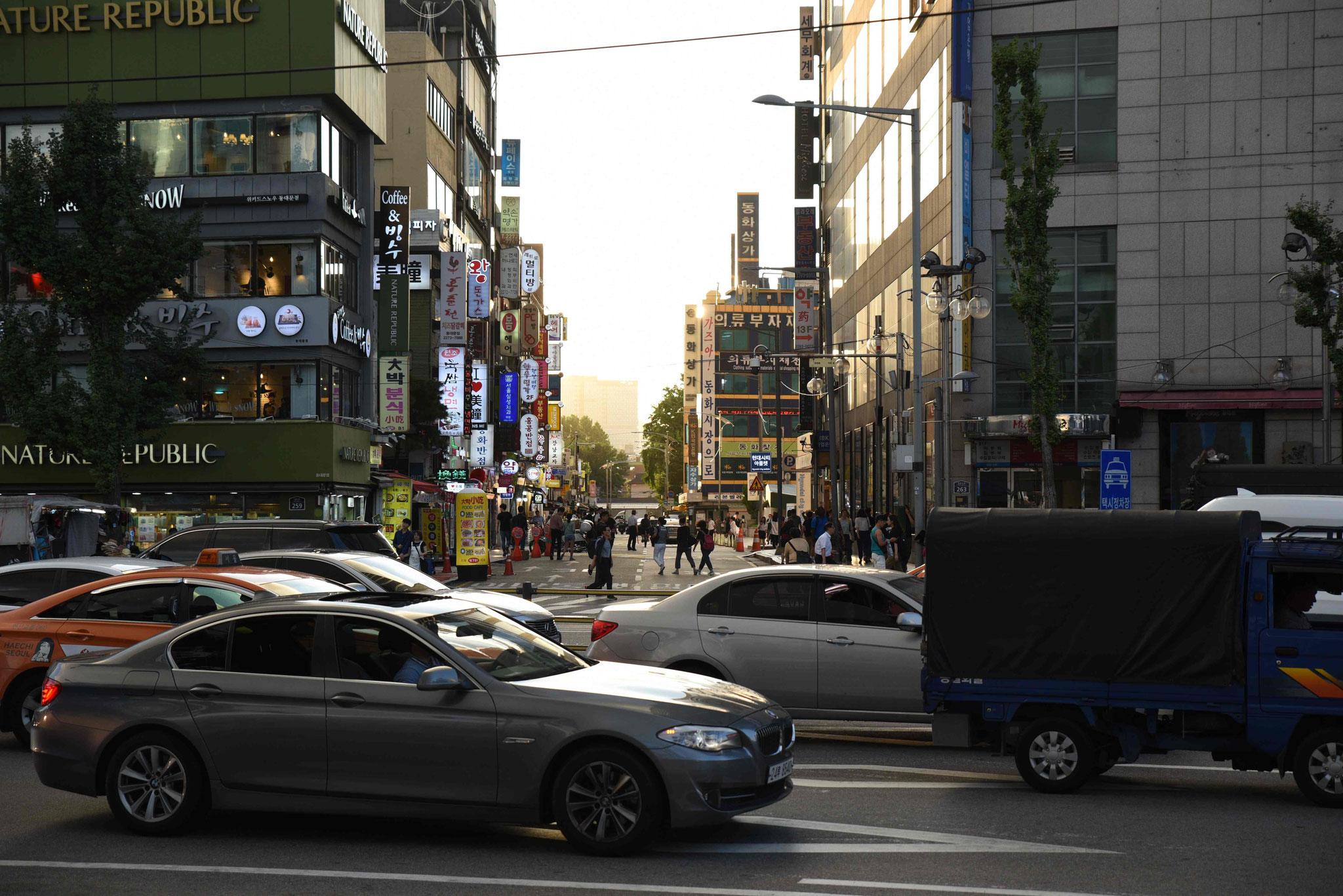 Rush hour vor dem Dongdeamun Design Plaza