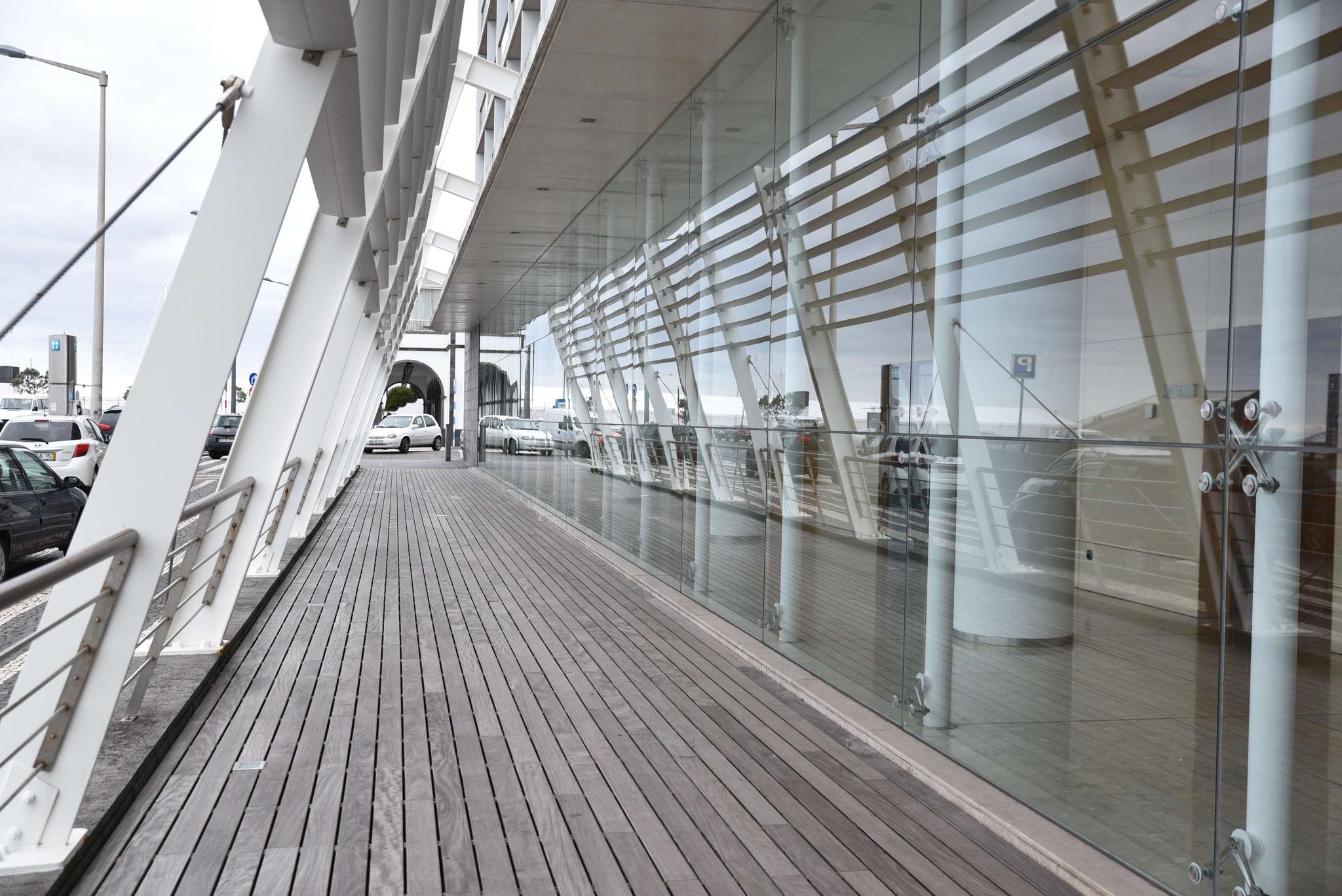 Praktische Architektur  -  Beschattung eines Hotels