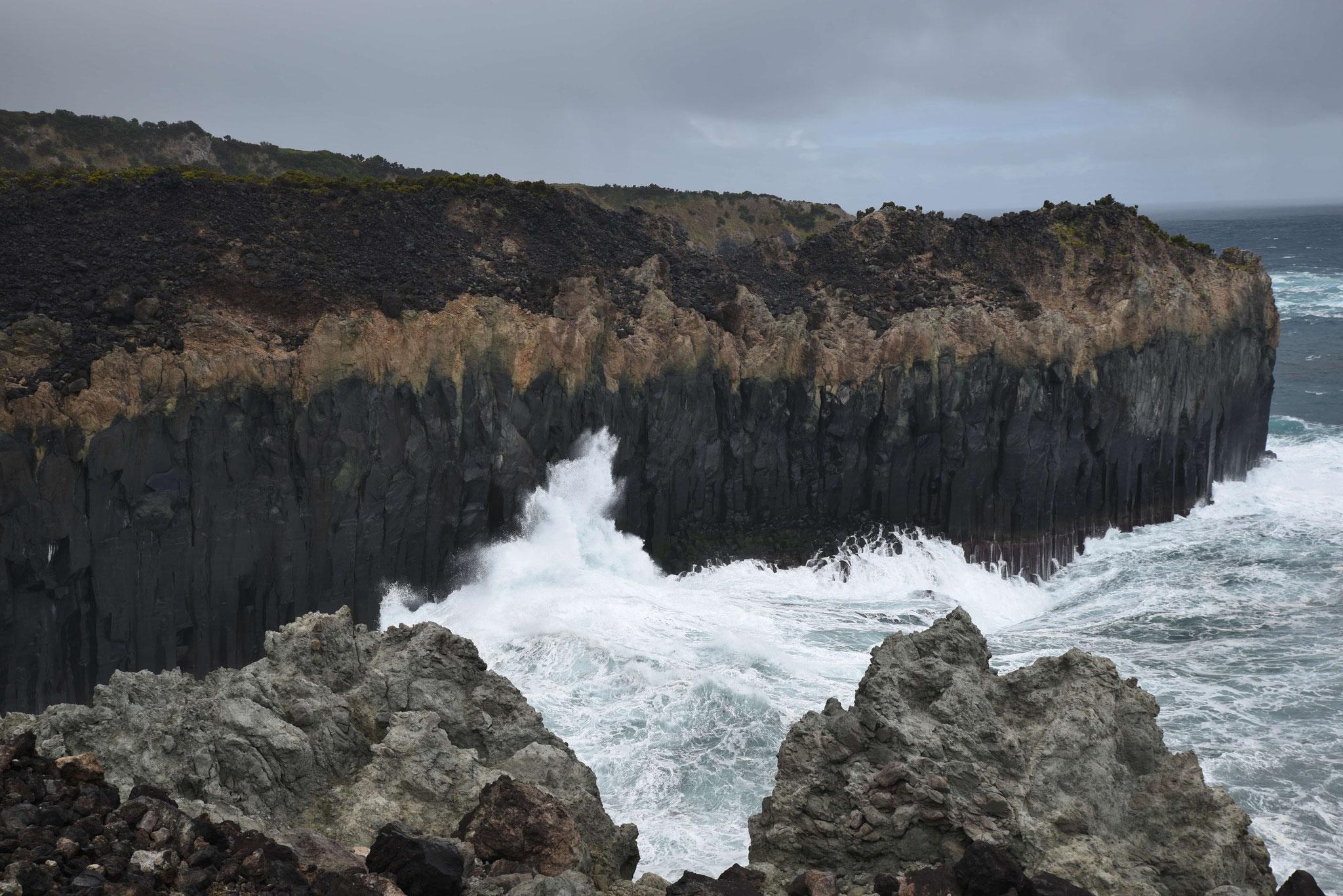 Meeresbrandung an Granitsäulen