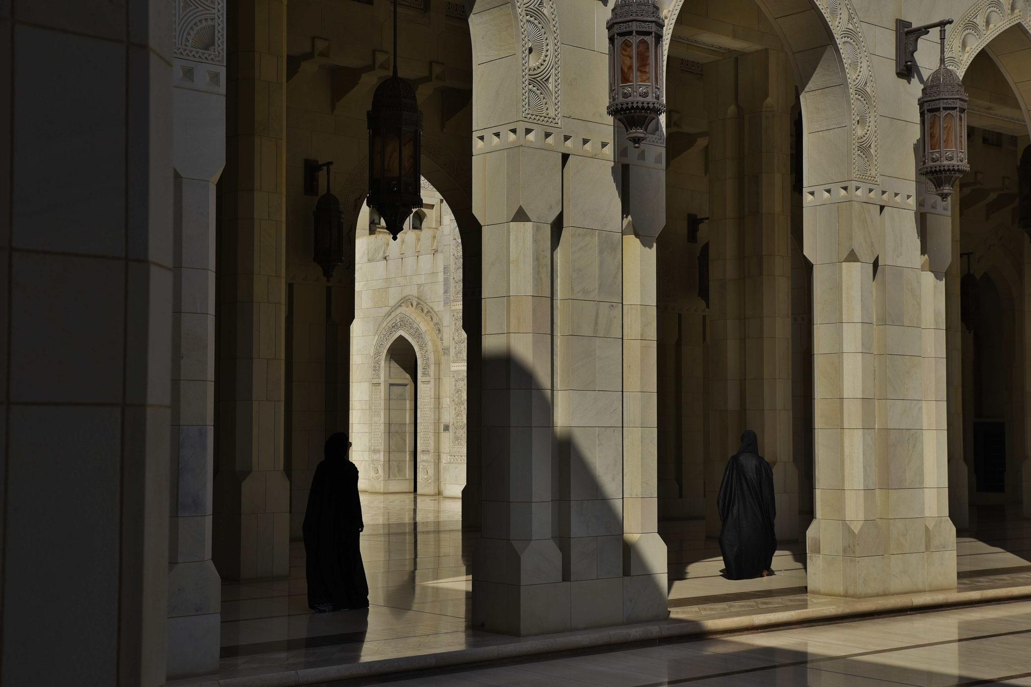 Säulengang mit 2 als Muslime verkleidete Touristinnen