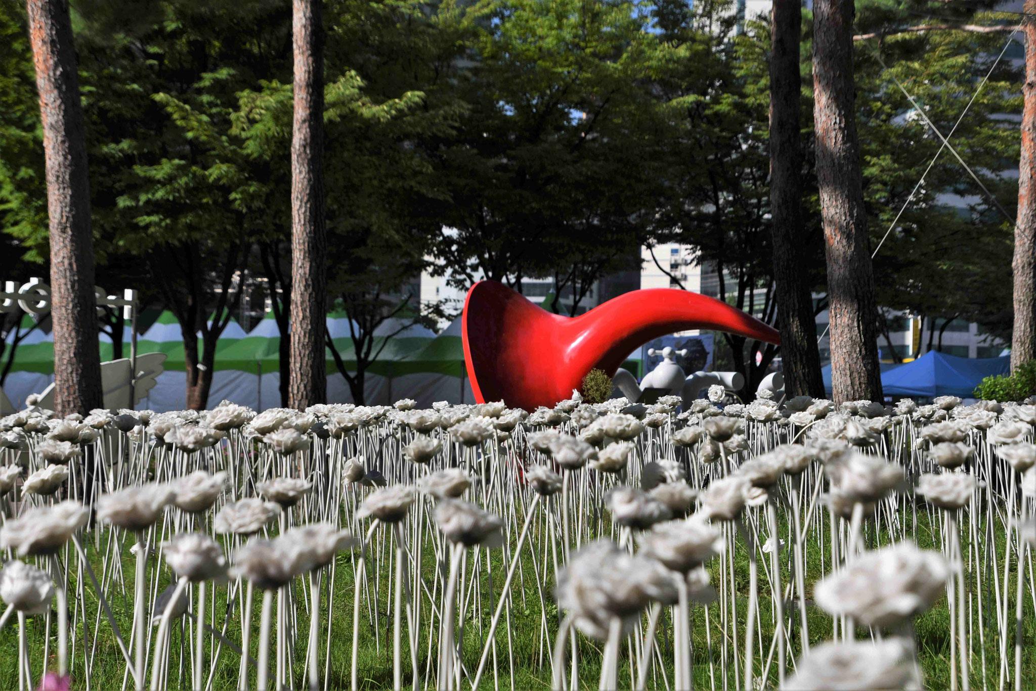Kunstrosen vor dem Rathaus