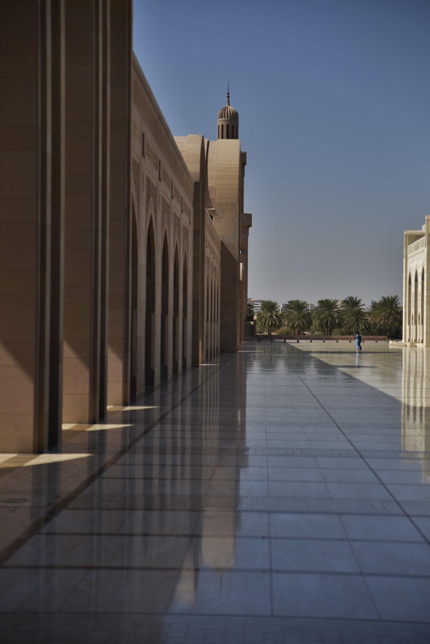 Selbst im Schatten spiegelt sich ein Säulengang!