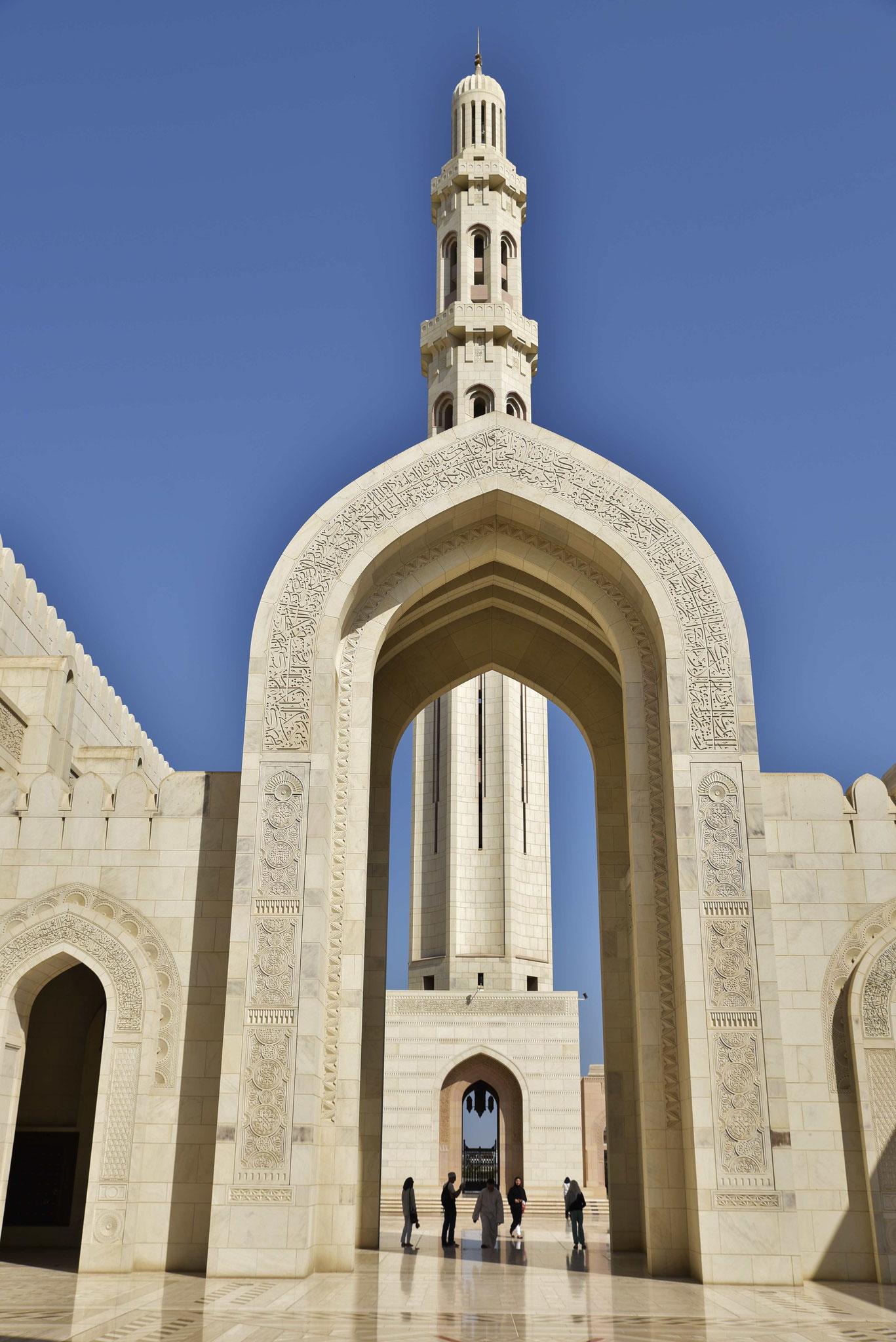 Großer Rundbogen mit Minarett im Hintergrund