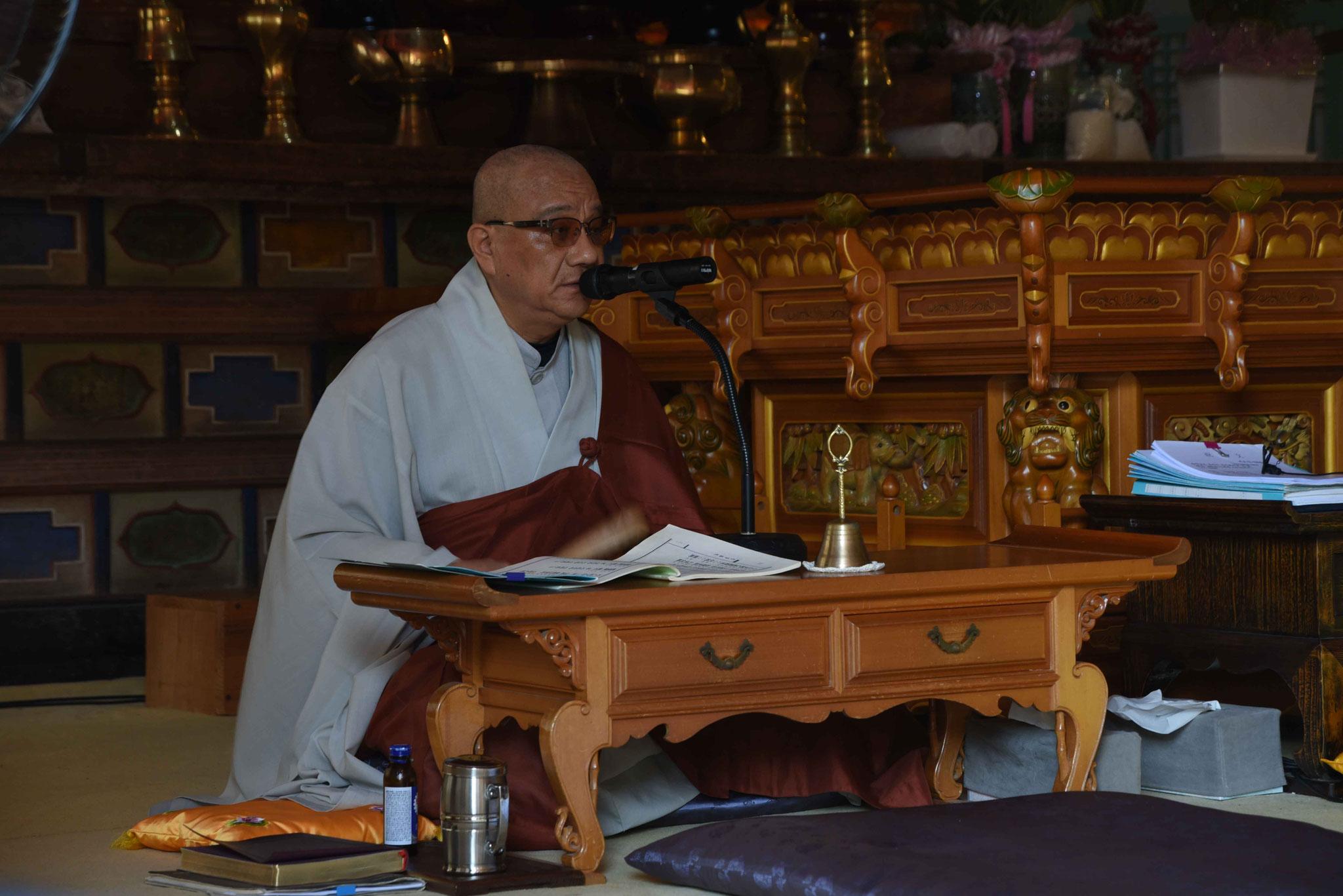Buddistischer Mönch beim Predigen