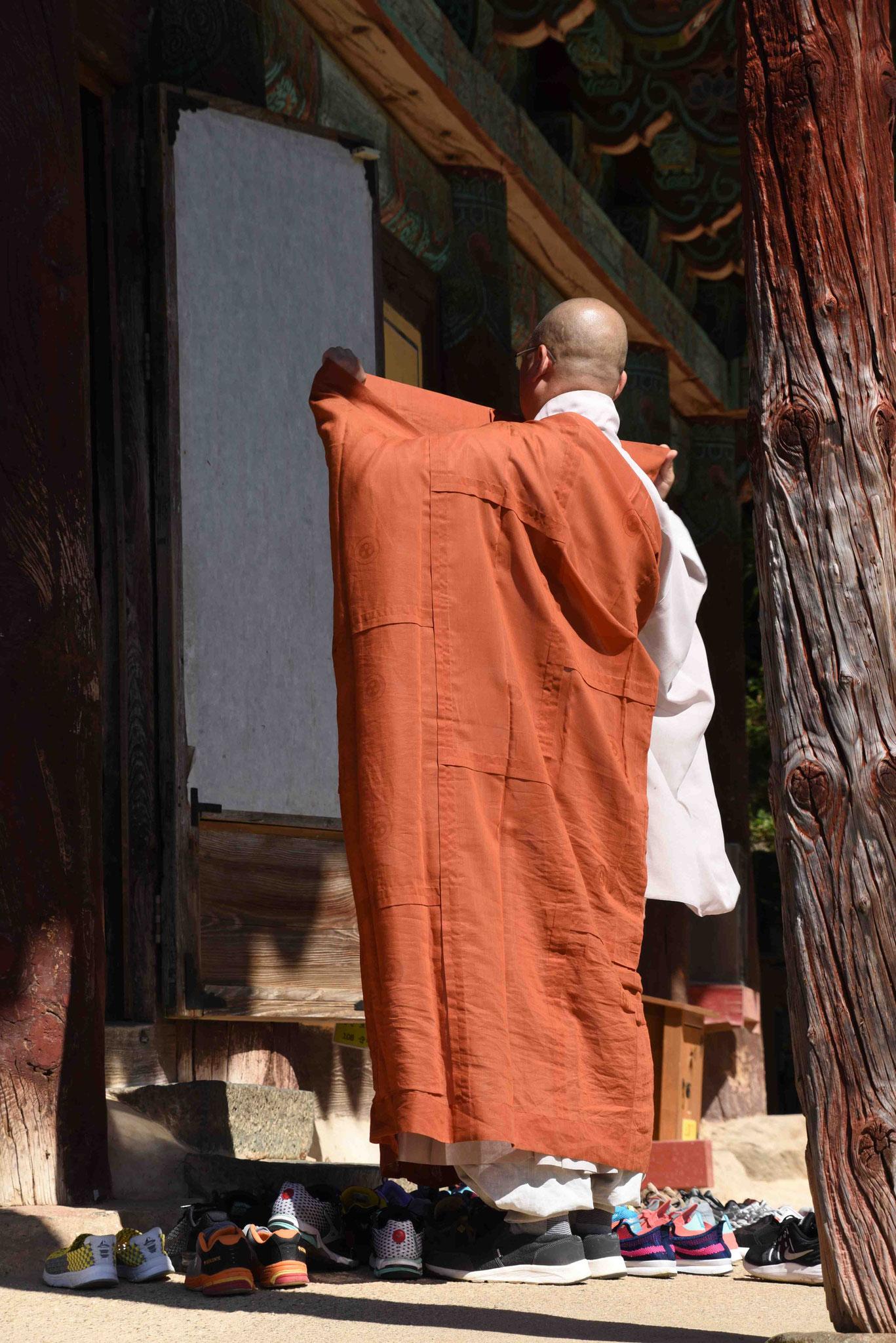 Buddistischer Mönch beim Eintreten in den Tempel