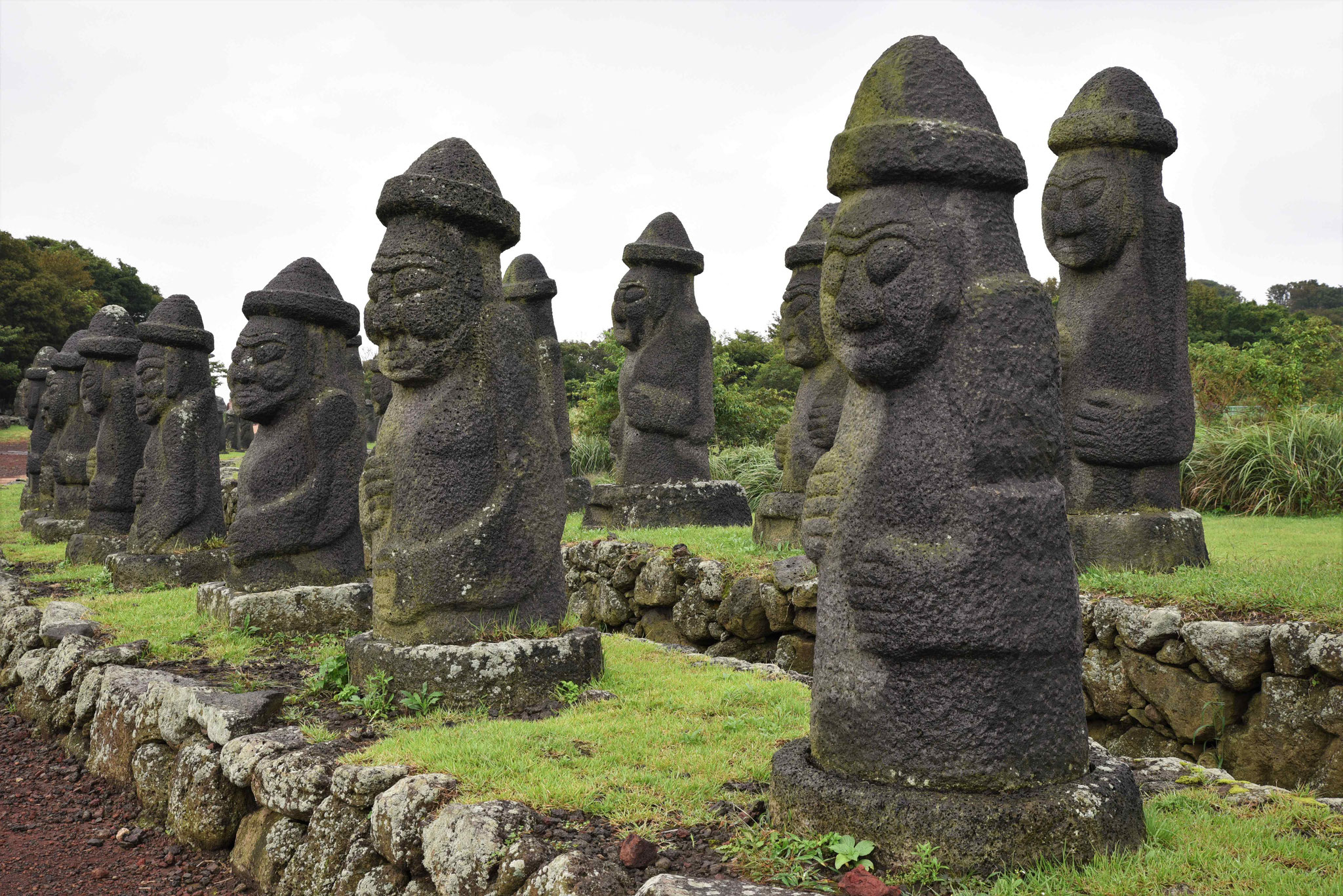 Blick auf einen Teil der 48 Dolharubangs im Jeju Stone Park